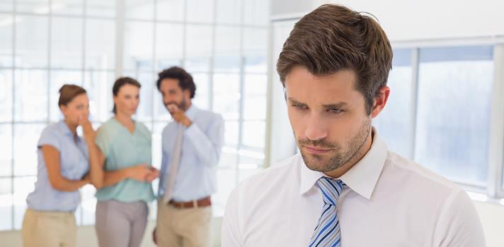 <p>El <strong>desarrollo profesional</strong> tiene sus desafíos. En ocasiones, pese a trabajar en lo que más nos gusta, el ambiente laboral se torna hostil y nos desanima. Estas circunstancias hacen que la desmotivación se instale en nosotros y, por consiguiente, surge la necesidad de un <strong>cambio laboral</strong>.<br/><br/></p><div class=help-message><h4>¿Quieres cambiar de trabajo? Registra tu CV en el Portal de empleo de Universia</h4><a href=https://www.universiaempleo.com/ingresarcandidato/ class=enlaces_med_generacion_cv button01 title=Más info target=_blank id=EMPLEO>Más info</a></div><p><br/>Crecer como profesional no solo depende de una <strong>buena formación</strong> y de las habilidades que se posean; la compañía a la que pertenecemos juega, también, un papel fundamental. Es a través de ella que los trabajadores aprenden nuevas experiencias y se desarrollan profesionalmente, siempre y cuando haya oportunidades y espacio para hacerlo.</p><p>Hay muchos <strong>mexicanos talentosos</strong> que se retiran de las empresas donde trabajan por no sentirse apreciados ni con la suficiente motivación para seguir. Esto representa un gran <strong>problema para las compañías</strong>, que pierden a un colaborador de valor por no poder asegurarle algunas<a href=https://noticias.universia.net.mx/practicas-empleo/noticia/2016/05/09/1139090/salario-emocional.html title=Qué es el salario emocional target=_blank>prestaciones y condiciones</a> mínimas que representarían un cambio muy favorable para ellos.</p><p>De acuerdo a un documento elaborado por Lolly Daskal, Presidente y CEO de <a href=https://www.leading-from-within.org/ title=Lead From Within target=_blank>Lead From Within</a>, una compañía de carácter global dedicada a la renovación y el desarrollo del liderazgo, hay algunos puntos críticos que toda empresa debe evitar para <strong>no acabar con la motivación</strong> de sus trabajadores. A continuación, te compartimos los más importantes:</p><p><strong>Malos