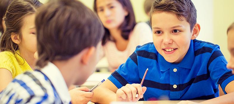<p>As <a title=Professor: veja 4 métodos para ensinar crianças href=https://noticias.universia.com.br/destaque/noticia/2015/11/27/1134145/professor-veja-4-metodos-ensinar-criancas.html>crianças de dentro das salas de aula</a>podem ter perfis bastante diferentes. Um deles é o dos falantes, aqueles que desde pequenos valorizam muito o contato entre as pessoas. Porém, o que muitos não sabem, é que essa característica pode ser muito importante durante o desenvolvimento e sucesso profissional do jovem. <strong>Conheça os motivos: </strong></p><p></p><p><span style=color: #333333;><strong>Você pode ler também:</strong></span><br/><a style=color: #ff0000; text-decoration: none; text-weight: bold; title=Lição de casa pode fazer mal a crianças pequenas, diz estudo href=https://noticias.universia.com.br/educacao/noticia/2016/03/17/1137470/licao-casa-pode-fazer-mal-criancas-pequenas-diz-estudo.html>» <strong>Lição de casa pode fazer mal a crianças pequenas, diz estudo</strong></a><br/><a style=color: #ff0000; text-decoration: none; text-weight: bold; title=Dança, arte e teatro serão disciplinas obrigatórias da educação básica href=https://noticias.universia.com.br/educacao/noticia/2016/04/08/1138120/danca-arte-teatro-disciplinas-obrigatorias-educacao-basica.html>» <strong>Dança, arte e teatro serão disciplinas obrigatórias da educação básica</strong></a><br/><a style=color: #ff0000; text-decoration: none; text-weight: bold; title=Todas as notícias de Educação href=https://noticias.universia.com.br/educacao>» <strong>Todas as notícias de Educação</strong></a></p><p></p><p><strong> 1 – Buscam respostas</strong></p><p>Essas crianças estão sempre tentando entender melhor o mundo que está a sua volta. Por isso, formulam questionamentos constantementes e acabam se tornando melhor informadas em comparação com outras pessoas.</p><p></p><p><strong> 2 – São mais sociáveis</strong></p><p>Por falarem muito, as crianças acabam conhecendo outras pessoas. Desde cedo demonstram a habilidade p