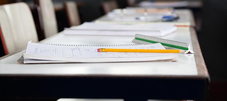 Na quinta-feira (22), o Ministério da Educação (MEC) anunciou <strong>mudanças no currículo obrigatório dos três anos do ensino médio</strong>. Na medida provisória assinada pelo governo, português e matemática passam a ser os dois únicos componentes obrigatórios do período, que hoje conta com 13 disciplinas são obrigatórias.<br/><br/><p><span style=color: #333333;><strong>Leia também:</strong></span><br/><a href=https://noticias.universia.com.br/destaque/noticia/2016/09/19/1143748/custo-correcao-redacao-enem-r-15-texto.html title=Custo da correção da redação do Enem é de R$ 15 por texto>» <strong>Custo da correção da redação do Enem é de R$ 15 por texto</strong></a><br/><a href=https://noticias.universia.com.br/educacao/noticia/2016/09/14/1143629/entenda-pernambuco-estados-melhor-educacao-publica-brasil.html title=Entenda por que Pernambuco é um dos estados com a melhor educação pública do Brasil>» <strong>Entenda por que Pernambuco é um dos estados com a melhor educação pública do Brasil</strong></a><br/><a href=https://noticias.universia.com.br/emprego/noticia/2016/09/16/1143669/quais-habilidades-necessarias-trabalhos-futuro.html title=Quais são as habilidades necessárias para os trabalhos do futuro>» <strong>Quais são as habilidades necessárias para os trabalhos do futuro</strong></a></p><p>Segundo o ministro da educação, Mendonça Filho, <a href=https://noticias.universia.com.br/destaque/noticia/2016/09/08/1143466/ensino-medio-segue-desempenho-estagnado-alcanca-meta-ideb-2015.html title=Ensino médio segue com desempenho estagnado e não alcança meta do Ideb 2015>o objetivo da MP é flexibilizar o ensino médio, que, segundo ele, é bastante engessado</a>, e torná-lo mais atraente para o jovem. No entanto, os componentes que serão ensinados obrigatoriamente nesta etapa <strong>serão definidos na Base Nacional Comum Curricular</strong>, documento que prevê mudanças em todas as fases da educação básica e que deverá ser definido até 2017, segundo o ministério.</p><p>Na 