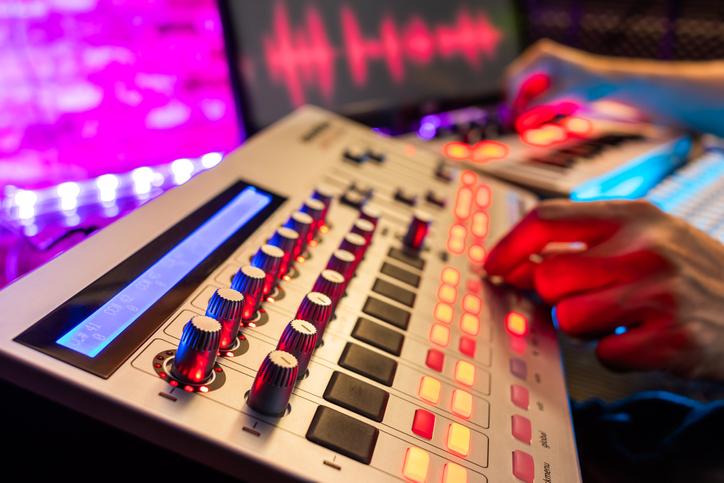 ¿Quieres estudiar música electrónica? Descubre cómo elegir el centro de estudios perfecto para esta especialidad