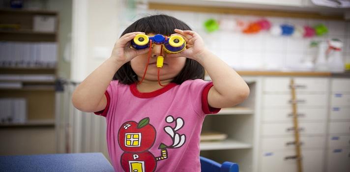 <p style=text-align: justify;>Recientemente, la UNESCO publicó el <strong><a title=Informe 2015 de Seguimiento de la Educación para todos (EPT) href=https://unesdoc.unesco.org/images/0023/002324/232435s.pdf target=_blank>Informe 2015 de Seguimiento de la Educación para todos (EPT)</a></strong>en el Mundo. En él reveló cuál fue el progreso de los 164 países participantes, en el camino a alcanzar los objetivos planteados en el Foro Mundial de la Educación en el año 2000. <strong>Una de las cifras destacadas es en el sector preescolar, donde registraron en 2012 la inscripción de 184 millones de niños.</strong></p><p style=text-align: justify;></p><p style=text-align: justify;><span style=color: #ff0000;><strong>Además:</strong></span></p><p style=text-align: justify;><a style=color: #666565; text-decoration: none; title=» Visita el especial del Informe Educación para Todos de la UNESCO y descubre la realidad educativa de 140 países href=https://noticias.universia.pr/tag/UNESCO-educaci%C3%B3n-para-todos-2015/>» <strong> » Visita el especial del Informe Educación para Todos de la UNESCO y descubre la realidad educativa de 140 países</strong></a></p><p style=text-align: justify;></p><p style=text-align: justify;>El informe de la UNESCO reflejaba qué repercusión tuvo en la educación la postura que tomaron los distintos países frente a los 6 objetivos que se habían comprometido a cumplir para 2015. Algunos tomaron medidas y efectuaron cambios que derivaron en una aproximación a lo esperado, o directamente lograron cumplirlos en su totalidad. Otros, ni siquiera se aproximaron a lo deseado.</p><p style=text-align: justify;>El primer objetivo establecía la importancia de mejorar la protección y educación de la primera infancia. El análisis sobre éste aspecto a nivel mundial demostró que <strong>hubo un gran avance en el acceso de los niños de la primera infancia a la educación</strong>. En 2012, 184 millones deniños se matricularon en preescolar, lo cual representa un aumento 