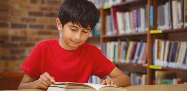 <p>El <a href=https://www.gob.mx/sep title=SEP target=_blank rel=me nofollow>SEP</a> ha lanzado una nueva <strong>edición de sus textos</strong> para preescolar, primaria y secundaria. Estos textos están disponibles para todos los estudiantes de dichos niveles y forman parte de los programas académicos en gran parte de las instituciones. El 6 de agosto, una asociación de padres de familia de Nuevo León solicitó <strong>parar la distribución de libros</strong> del ciclo escolar 2016-2017, denunciando un <strong>alto contenido sexual</strong> en los contenidos. Esta no es la primera vez que un grupo de personas realiza una crítica al contenido de estos textos.<br/><br/></p><p>Los <strong>textos escolares</strong> son de vital importancia para <strong>los niños</strong>: a través de ellos descubren e <strong>interpretan el mundo</strong>. Las primeras ideas sobre la vida, la construcción de identidad y el reconocimiento de otro, se desprenden de estos textos, y es por ello que desde siempre ha estado <strong>en debate su contenido</strong>, que para muchos puede llegar a definir a las mentes de los futuros ciudadanos.<br/><br/></p><p>Recientemente, se ha dado lugar a una <strong>nueva polémica</strong> sobre el tema. De acuerdo a lo informado por Verne, un grupo de padres ha denunciado ante el congreso local el presunto <strong>contenido sexual</strong> de los libros publicados por SEP. Según su visión, el contenido de estos textos podría ayudar a iniciar una vida sexual prematura en los estudiantes, además de confundirlos.<br/><br/></p><p>Los <strong>contenidos criticados</strong> son los que se encuentran en el libro <a href=https://libros.conaliteg.gob.mx/content/common/consulta-libros-gb/index.jsf?busqueda=true&nivelEscolar=5&grado=4&materia=23&editorial=&tipo=&clave=&titulo=&autor=&key=key-5-4-23 title=Exploración de la Naturaleza y Sociedad target=_blank rel=me nofollow>Exploración de la Naturaleza y Sociedad</a>, dirigido a estudiantes de primaria. En él se prop
