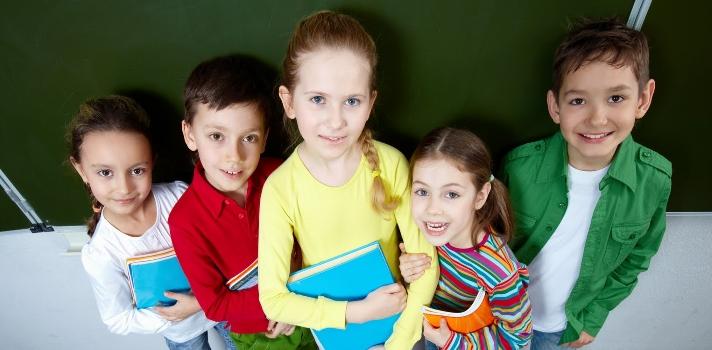 <p>Aprender jugando es una de las formas más efectivas de interesar a los alumnos en un tema. En otra ocasión hemos hablado sobre <a title=distintos Juegos para realizar en el salón de clases href=https://noticias.universia.com.ec/educacion/noticia/2015/10/26/1132911/juegos-realizar-salon-clase.html target=_blank>distintos Juegos para realizar en el salón de clases</a>, destacando las habilidades que los alumnos pueden adquirir a través de divertidas actividades. Hoy nos vamos a concentrar en <strong>el teatro como un modo de transmitir y fijar conocimientos</strong> dentro del aula. Conoce a continuación cuáles son los <strong>beneficios de incluir el teatro como una herramienta de aprendizaje</strong>.</p><p><br/><span style=color: #ff0000;><strong>Lee también</strong></span><br/><a style=color: #666565; text-decoration: none; title=Como enseñar matemática de formas divertidas href=https://noticias.universia.com.ec/educacion/noticia/2015/11/13/1133681/ensenar-matematica-formas-divertidas.html>» <strong>Como enseñar matemática de formas divertidas</strong></a><br/><a style=color: #666565; text-decoration: none; title=Conoce el método Kumon de enseñanza href=https://noticias.universia.com.ec/educacion/noticia/2015/11/16/1133727/conoce-metodo-kumon-ensenanza.html>» <strong>Conoce el método Kumon de enseñanza</strong></a><br/><a style=color: #666565; text-decoration: none; title=El método de los mejores maestros del mundo href=https://noticias.universia.com.ec/cultura/noticia/2015/09/18/1131400/metodo-mejores-maestros-mundo.html>» <strong>El método de los mejores maestros del mundo</strong></a><br/><br/><br/>Los docentes de hoy saben de memoria que solo a base de libros y ejercicios tradicionales no lograrán despertar el interés de sus alumnos. Podrán captar su atención porque éstos necesitan exonerar la materia; pero si se quedan solo con los antiguos métodos no lograrán que el alumno llegue a amar la asignatura. <strong>Innovar en técnicas de enseñanza</strong> es f