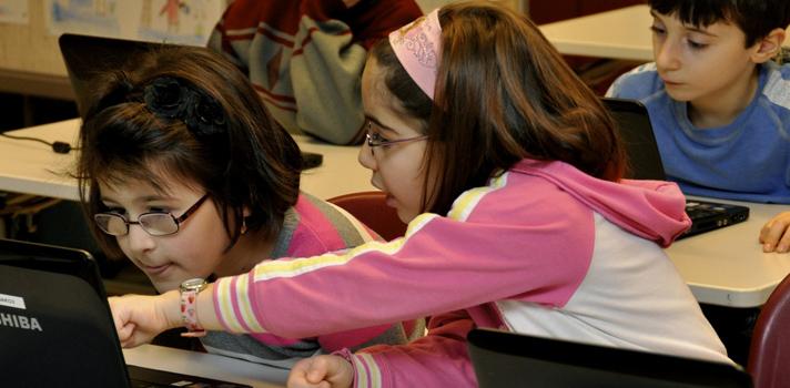 """<p style=text-align: justify;>Finlandia, que ya se destaca por ocupar los primeros lugares todos los rankings de educación mundial, está impulsando una reforma que cambiaría su sistema educativo. Esta metamorfosis se basa en abandonar el tradicional estudio por asignaturas y sustituirlo por el aprendizaje dividido en """"temas"""" abordados desde diferentes disciplinas.</p><p style=text-align: justify;></p><p><span style=color: #ff0000;><strong>Lee también</strong></span><br/><a style=color: #666565; text-decoration: none; title=Infografía: ¿Qué cambios se prevén para la educación en los próximos 20 años? href=https://noticias.universia.net.co/en-portada/noticia/2014/03/21/1089725/infografia-que-cambios-preven-educacion-proximos-20-anos.html>» <strong>Infografía: ¿Qué cambios se prevén para la educación en los próximos 20 años?</strong></a></p><p style=text-align: justify;></p><p style=text-align: justify;><strong>La reforma</strong></p><p style=text-align: justify;>Se acabó el horario tradicional de """"una hora de historia, una hora de matemáticas, una hora de geografía, etc."""" A partir de esta reforma <strong>se abordará un fenómeno o tema por vez</strong> de manera que los alumnos puedan ver una <strong>aplicación práctica de lo que aprenden</strong>. Por ejemplo, al estudiar la Unión Europea, aprenderán historia, política, idiomas y geografía simultáneamente.</p><p style=text-align: justify;>Además, se fomentará la participación de los alumnos en su aprendizaje y el trabajo en equipo, de manera que puedan <strong>afrontar problemas de forma independiente</strong> y potenciar sus habilidades de comunicación. Por ende, se eliminará la figura tradicional del profesor que se limita a dar la clase y no estimula involucra a los alumnos.</p><p style=text-align: justify;></p><p style=text-align: justify;><strong>El desafío </strong></p><p style=text-align: justify;>Los estudiantes mayores de 16 años ya estudian con este sistema de aprendizaje, pero el nuevo desafío para la educa"""