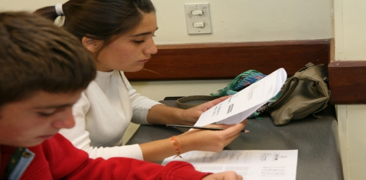 """<p style=text-align: justify;>Investigadores del <strong><a href=https://www.iecon.ccee.edu.uy/>Instituto de Economía del Uruguay</a></strong> llevaron a cabo un <strong><a href=https://www.iecon.ccee.edu.uy/dt-06-15-desempenos-en-salud-y-desarrollo-en-la-infancia-y-trayectorias-educativas-de-los-adolescentes-en-uruguay-un-estudio-en-base-a-datos-de-panel/publicacion/481/es/>estudio</a></strong> con el objetivo de<strong> determinar el impacto del estado nutricional de los niños en su desempeño escolar</strong>. El estado nutricional puede ser medido, entre otros indicadores, por la altura en centímetros y el peso en kilogramos del individuo, lo que se conoce como """"índice de masa corporal"""" (IMC). Luego de analizar este índice en alumnos en distintas etapas, los <strong>investigadores llegaron a la conclusión de que un IMC deficiente es un """"fuerte predictor de la repetición.</strong></p><p style=text-align: justify;></p><p><span style=color: #ff0000;><strong>Lee también</strong></span><br/><a style=color: #666565; text-decoration: none; title=La carrera de Magisterio es """"poco atractiva"""" para los jóvenes uruguayos href=https://noticias.universia.edu.uy/educacion/noticia/2015/05/19/1125259/carrera-magisterio-poco-atractiva-jovenes-uruguayos.html>» <strong>La carrera de Magisterio es """"poco atractiva"""" para los jóvenes uruguayos</strong></a><br/><a style=color: #666565; text-decoration: none; title=Uruguay tendrá su primera escuela sustentable href=https://noticias.universia.edu.uy/cultura/noticia/2015/05/15/1125116/uruguay-primera-escuela-sustentable.html>» <strong>Uruguay tendrá su primera escuela sustentable</strong></a></p><p></p><p style=text-align: justify;>Los autores de este informe, titulado <strong>Desempeños en salud y desarrollo en la infancia y trayectorias educativas de los adolescentes en Uruguay. Un estudio en base a datos de panel</strong>, son Elisa Failache, Gonzalo Salas y Andrea Vigorito, docentes de este instituto. Para la investigación, en la que bu"""