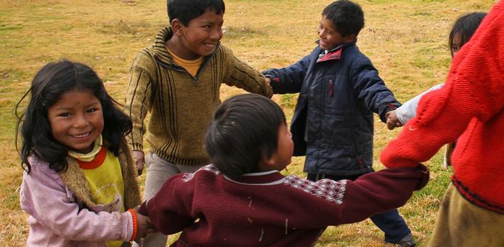 <p style=text-align: justify;>El <a title=Informe de Seguimiento de la Educación para todos en el Mundo 2015 href=https://unesdoc.unesco.org/images/0023/002324/232435s.pdf target=_blank>Informe de Seguimiento de la Educación para todos en el Mundo 2015</a>(EPT) hace un balance del progreso que tuvieron 164 países para <strong>cumplir con los seis objetivos de la EPT y alcanzar los dos Objetivos de Desarrollo del Milenio (ODM) vinculados a la educación</strong>. La investigación se realiza a partir del 2000, año en el que tuvo lugar el Foro Mundial sobre la Educación en Dakar (Senegal) y se continuó hasta el año 2015.</p><p><br/><span style=color: #ff0000;><a style=color: #666565; text-decoration: none; title=» Visita el especial del Informe Educación para Todos de la UNESCO y descubre la realidad educativa de 140 países href=https://noticias.universia.net.co/tag/UNESCO-educaci%C3%B3n-para-todos-2015/><span style=color: #ff0000;>» <strong>Visita el especial del Informe Educación para Todos de la UNESCO y descubre la realidad educativa de 140 países</strong></span></a></span></p><p></p><p style=text-align: justify;>En cuanto al primer objetivo de la EPT, que habla de <strong>mejorar la protección y educación de la primera infancia</strong>, los resultados indicaron que en 2012 fueron 184 millones los niños que se matricularon en preescolar. Esto representa un <strong>aumento de casi dos tercios en comparación con el año 1999.</strong></p><blockquote style=text-align: center;>La matriculación en edad preescolar tuvo un aumento de casi dos tercios desde 1999.</blockquote><p style=text-align: justify;>El informe también analiza la mortalidad y la nutrición infantil, que forman parte del primer objetivo: según los resultados en 2013, <strong>6,3 millones de niños menores a cinco años murieron por causas que podrían haberse prevenido</strong>, a pesar de que las tasas de mortalidad de los niños cayeron casi un 50%. Por otro lado, y pese a la mejora registrada, los estudios