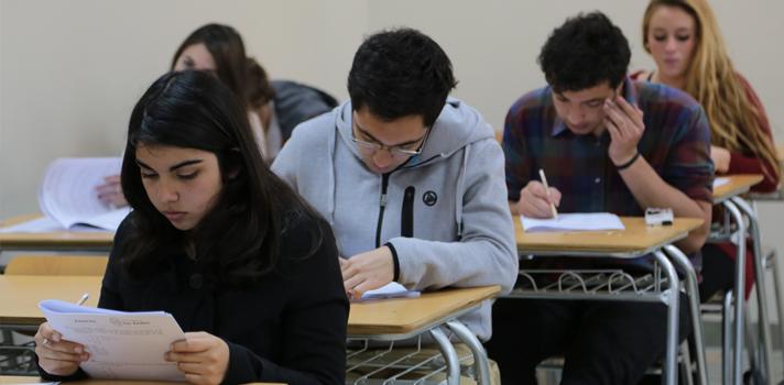 <p><strong>Llueva, truene o relampaguee este sábado 9 de junio te esperaremos en la Universidad de los Andes para rendir el ensayo presencial PSU 2018. Si aún no te inscribes, puedes hacerlo desde<a href=https://ensayos.universia.cl/uandes/ target=_blank>AQUÍ</a><br/></strong><br/>A partir de las 8.45 AM. quedarán habilitadas las puertas de la<strong>UANDES (Av. Monseñor Álvaro del Portillo 12.455, Las Condes, Santiago)</strong>para que puedas acreditarte. <br/><br/>Si no sabes cómo llegar, te informamos que habrán buses de acercamiento al campus desde el<strong>Metro Hernando de Magallanes</strong>(Apoquindo esquina calle Pehuén)que saldrán desde las 8:30 hrs. y desde el<span><strong>Metro Simón Bolivar</strong> Cine Hoyts de La Reina (Américo Vespucio esquina Simón Bolivar)</span><span>que saldrán desde las 8:15 hrs.</span></p><p></p><ul><li>A contar de las 9.30 AM y hasta las 12.10 pm tendrá lugar la prueba de Matemática. Al mediodía habrá un descanso y tendrás la oportunidad de almorzar y conocer las dependencias de la UANDES.</li><li>Por la tarde, a partir de las 1:30 PM y hasta las 4:00 PM, podrás poner a prueba tus conocimientos de Lenguaje y Comunicación.</li></ul><p>La actividad es de carácter gratuito y para inscribirte sólo debes pinchar<span></span><a href=https://ensayos.universia.cl/uandes/>AQUÍ</a>, completar tus datos e imprimir un cupón de asistencia que deberás presentar el día del ensayo junto a tu cédula de identidad.<span></span><strong>Recuerda que la pauta de respuestas será entregada el mismo día.<br/><br/><strong>Actividades<br/></strong><span>- Feria de carreras</span><br/><span>- Asesoría de Becas y Créditos</span><br/><span>- Stand Vida Universitaria</span><br/><span>- Tour por el Campus UANDES</span><br/><span>- Almuerzo sin costo</span><br/><span>- Resultados Online</span></strong><strong><br/></strong></p>