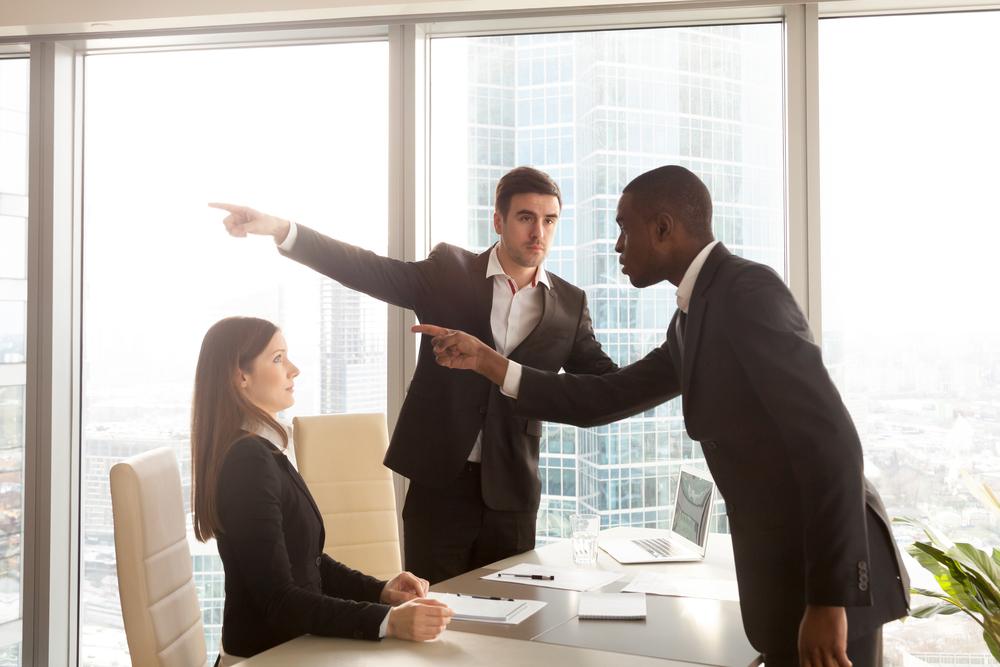 """<p>A oportunidade de fazer um estágio pode ser fundamental para o seu futuro profissional. Além disso, tem a oportunidade para validar sua escolha de carreira, pois, é no estágio que, pela primeira vez, o estudante deixa os bancos da faculdade e tem conhecimento da realidade no mercado de trabalho.</p><p>No entanto, como toda experiência profissional, existem alguns riscos no desempenho da atividade – se por um lado, ao término do período, você tem a chance de ser contratado, outras vezes, as situações podem fazer com que tenha de deixar o posto.</p><p>Apesar de muitos desses fatores estarem ligados a decisões de superiores, política da empresa ou pressão econômica, outros tantos podem ser prevenidos na sua atividade diária. Pensando nesse último caso, listamos <strong>4 comportamentos que você não deve ter no estágio.</strong></p><p></p><h2><strong>O que não fazer no estágio</strong></h2><h2></h2><h2><strong>1. Estágio não é brincadeira</strong></h2><p>Estagiar é uma chance legal na sua trajetória estudantil. É uma conquista e, geralmente, vem acompanhada de uma bolsa-auxílio. Você tem o direito de comemorar.</p><p>No entanto, uma vez na atividade, é importante ter noção de que o clima descontraído dos bancos da universidade estão um pouco distantes da rotina agora profissional.</p><p>Não é preciso ficar no estágio como se estivesse em um velório ou em uma rotina militar. Porém, é preciso ter bom senso, respeitar as normas, vestimentas e horários determinados.</p><p></p><h2><strong>2. Não seja o """"sabe tudo""""</strong></h2><p>É muito importante que o estagiário receba um tratamento adequado, de acordo com as atividades previstas no contrato de estágio e que seja respeitado.</p><p>Por outro lado, é importante que você tenha uma conduta de abertura ao aprendizado. Sempre pergunte, questione e demonstre interesse nas atividades desenvolvidas no trabalho.</p><p>Não tome atitudes ou desempenhe tarefas sem antes perguntar ou ter conhecimento desses processos.</p><p>Contudo,"""