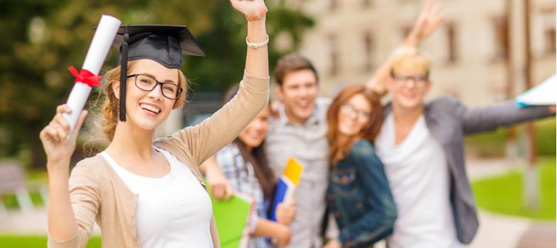 <p>Após mais de mil anos de história, a conceituada Universidade de Oxford, no Reino Unido, pela primeira vez oferece mais vagas para mulheres do que para homens.</p><p>Nas turmas de 2017 da instituição, foram 1.070 mulheres admitidas na faixa etária de 18 anos. Já no caso dos homens da mesma idade, foram 1.025 admissões.</p><p>A Universidade de Oxford foi a primeira unidade exclusivamente masculina a passar a admitir alunas, em 1974. As demais escolas britânicas começaram a seguir essa tendência entre os anos 1970 e 1980.</p><p>A clássica instituição também mantém mulheres nos quadros de direção: seja em cargos de diretoria em diversas unidades ou, até mesmo, a primeira mulher a ocupar a vaga de vice-chanceler, em 2016, de acordo com <a href=https://www.theguardian.com/education/2018/jan/25/oxford-admits-more-women-than-men-for-first-time-ucas><span>reportagem do jornal britânico The Guardian</span></a>.</p><p>Levando em conta números de todo o país, apesar de a busca por vagas ainda ter mais homens, o sucesso na seleção foi conquistado por um maior número de mulheres.</p><p></p><h2>Conheça a Universidade de Oxford</h2><p>Tendo seu nome sempre elencado quando o assunto é educação de qualidade, a instituição é a mais antiga do Reino Unido e a segunda a aparecer Europa.</p><p>A universidade integra 38 faculdades e se espalha em diversos edifícios pela cidade de Oxford, com 150 mil habitantes.</p><p>Dentre outras características da clássica instituição de ensino superior, está a presença da maior editora universitária do planeta – e bibliotecas que também se destacam entre todas daquele país.</p><p>Seus ex-alunos reúnem políticos, cientistas e autoridades britânicas e estrangeiras. Das cadeiras de Oxford foram formados 27 vencedores do prêmio Nobel e 16 primeiros-ministros britânicos.</p><p></p><h2>A faculdade ancestral</h2><p>Para se ter uma ideia da antiguidade da Universidade de Oxford, não há registros corretos sobre o início de suas atividades.</p><p>No entanto, 