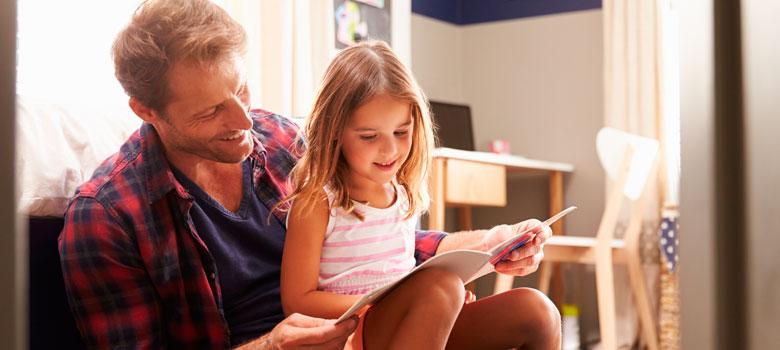 """Pais que leem para seus filhos podem estar contribuindo muito mais do que imaginam para o futuro dos pequenos. Uma pesquisa da <strong>Universidade de Nova York</strong>, em parceria com o <strong>IDados e o Instituto Alfa e Beto</strong>, divulgada nesta semana, mostra um aumento de 27% na memória e de 14% no vocabulário de crianças que sentam ao lado dos pais e escutam a história de pelo menos dois livros por semana.<br/><br/><br/><p><span style=color: #333333;><strong>Você pode ler também:</strong></span><br/><a href=https://noticias.universia.com.br/cultura/noticia/2016/07/07/1141601/3-motivos-ler-constantemente.html title=3 motivos para ler constantemente>» <strong>3 motivos para ler constantemente</strong></a><br/><a href=https://noticias.universia.com.br/cultura/noticia/2016/06/21/1141007/4-caracteristicas-amantes-livros.html title=4 características de amantes de livros>» <strong>4 características de amantes de livros</strong></a><br/><a href=https://noticias.universia.com.br/tag/livros-grátis title=Mais de 2.000 livros grátis para download>» <strong>Mais de 2.000 livros grátis para download<br/><br/><br/></strong></a></p><p>Outra comprovação do estudo foi que a leitura feita pelos pais pode melhorar a estimulação fonológica, essencial para uma boa alfabetização, e também a estimulação cognitiva. Além disso, notou-se que essas crianças apresentam menos problemas comportamentais.<br/><br/></p><p>Em entrevista à Agência Brasil, o presidente do Instituto Alfa e Beto, João Batista Oliveira, disse estar impressionado com os dados. """"Estamos comparando dois grupos que estão dentro do sistema de creches, dentro de um sistema com professores treinados para ler para as crianças. Acrescentamos a leitura dos pais e, quando isso é feito, da forma como foi feito, tem grande impacto"""", explica.<br/><br/></p><p>Além dos<strong><a href=https://noticias.universia.com.br/cultura/noticia/2016/05/16/1139535/5-tipos-livros-aumentam-desempenho-escolar.html title=5 tipos de livros qu"""