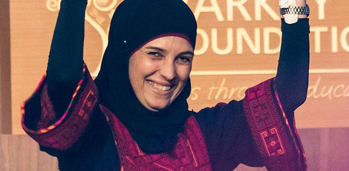 <p>A <strong>palestina Hanan Al Hroub</strong> recebeu, no último domingo (13), o prêmio de melhor professora do mundo, o <strong><a title=Global Teacher Prize href=https://www.globalteacherprize.org/ target=_blank>Global Teacher Prize</a></strong>. O anúncio foi feito pelo Papa Francisco, por meio de uma transmissão de vídeo para Dubai, onde aconteceu a solenidade do evento. Pela conquista, Hanan receberá um prêmio de US$ 1 milhão, divido em 10 parcelas.</p><p></p><p><span style=color: #333333;><strong>Você pode ler também:</strong></span><br/><br/><a style=color: #ff0000; text-decoration: none; text-weight: bold; title=Conheça os 10 melhores professores do mundo href=https://noticias.universia.com.br/educacao/noticia/2016/03/11/1137316/conheca-10-melhores-professores-mundo.html>» <strong>Conheça os 10 melhores professores do mundo</strong></a><br/><a style=color: #ff0000; text-decoration: none; text-weight: bold; title=Melhor professora do mundo dá dicas para lidar com os alunos href=https://noticias.universia.com.br/destaque/noticia/2015/11/09/1133512/melhor-professora-mundo-da-dicas-sobre-lidar-alunos.html>» <strong>Melhor professora do mundo dá dicas para lidar com os alunos</strong></a><br/><a style=color: #ff0000; text-decoration: none; text-weight: bold; title=Todas as notícias de Educação href=https://noticias.universia.com.br/educacao>» <strong>Todas as notícias de Educação</strong></a></p><p></p><p><strong><a title=Professora afegã ganha prêmio de educação no Catar href=https://noticias.universia.com.br/destaque/noticia/2015/11/09/1133473/professora-afega-ganha-premio-educacao-catar.html>Hanan cresceu em um campo de refugiados na Palestina</a></strong>, onde, durante a infância, foi exposta aos mais diversos atos de violência e guerra. Seus filhos também sofreram com os conflitos da região e, um dia, quando voltavam da escola, presenciaram um tiroteio que os deixou profundamente traumatizados. O que a motivou a lecionar para alunos da educação primária fo
