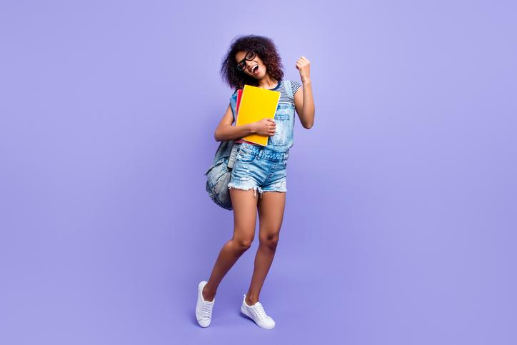 Os programas de permanência estudantil viabilizam aos jovens em situação de vulnerabilidade a possibilidade de dar andamento aos seus estudos universitários através de bolsas, auxílios e convênios.