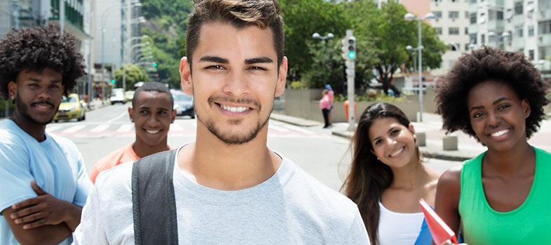 A pesquisa <strong>Nossa Escola em (Re)Construção</strong> feita pelo Porvir e a Rede Conhecimento Social apontou as críticas e desejos dos jovens quando o assunto é a educação recebida por eles. A pesquisa ouviu 132 mil adolescentes e jovens de 13 a 21 anos de todo o Brasil para chegar à conclusão de que a maioria não está satisfeita com a escola atual. <p></p><p></p><p><span style=color: #333333;><strong>Leia também:</strong></span><br/><a href=https://noticias.universia.com.br/tag/notícias-sobre-educação/ title=Educação>» <strong>Todas as notícias sobre educação</strong></a><br/><a href=https://noticias.universia.com.br/educacao/noticia/2016/09/27/1144034/novo-ensino-medio-pode-gerar-vestibulares-exigentes.html title=Novo ensino médio pode gerar vestibulares mais exigentes>» <strong>Novo ensino médio pode gerar vestibulares mais exigentes</strong></a></p><p></p><p></p><p>De acordo com a pesquisa, <strong>90% dos jovens não está satisfeito com a educação que recebe</strong>. Metade dos jovens vê a estrutura das suas escolas como inadequada, e 8 em cada 10 jovens afirmaram que a relação entre a equipe escolar e os alunos precisa melhorar. Mas apesar das críticas, <strong>70% dos alunos afirma que gosta de estudar na sua escola</strong>.</p><p></p><p><br/> A pesquisa vem em meio a reforma feita na educação que pretende <strong><a href=https://noticias.universia.com.br/educacao/noticia/2016/09/23/1143940/mudancas-ensino-medio-ideia-torna-lo-atraente-jovem.html title=Mudanças no ensino médio: a ideia é torná-lo mais atraente para o jovem>tornar o ensino médio mais atraente ao jovem</a></strong>. Com isso em mente, além de perguntar ao jovem os problemas da escola, <strong>a pesquisa perguntou aos jovens que ensino eles querem receber</strong>.</p><p></p><p><br/> Os participantes disseram que o foco da escola ideal deveria ser, em primeiro plano, a <strong>preparação para o vestibular e ENEM</strong>. A segunda prioridade é o <strong>mercado de trabalho</strong>. Mas q