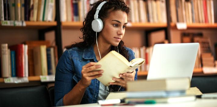 Com a educação online conseguem a flexibilidade necessária para prosseguir os estudos