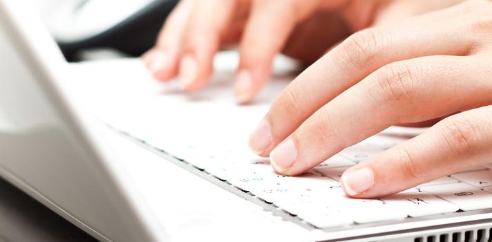 """A <strong><a href=capes.gov.br title=Capes target=_blank>Capes</a></strong>disponibiliza essa semana o acesso a trabalhos acadêmicos e materiais didáticos no portal <strong><a href=https://www.educapes.capes.gov.br/ title=EduCapes target=_blank>EduCapes</a></strong>. O site foi anunciado na <strong>9ª Reunião Ordinária de Fórum de Coordenadores UAB</strong> e faz parte do projeto Universidade Aberta do Brasil, que tem como objetivo melhorar o acesso à educação no Brasil. <p></p><br/><span style=color: #333333;><strong>Leia também:</strong></span><br/><a href=https://noticias.universia.com.br/destaque/noticia/2016/09/29/1144074/columbia-university-da-bolsa-us-5-mil-pesquisadores-brasileiros.html title=Columbia University dá bolsa US$ 5 mil a pesquisadores brasileiros>» <strong>Columbia University dá bolsa US$ 5 mil a pesquisadores brasileiros</strong></a><br/><a href=https://noticias.universia.com.br/tag/notícias-sobre-educação/ title=notícias sobre educação>» <strong>Todas as notícias sobre educação</strong></a><p></p><br/><p>O EduPortal foi criado para facilitar a propagação do conhecimento e o compartilhamento dele dentro da comunidade cientifica. Por isso, autores são encorajados a registrar seus trabalhos sob <strong>direitos de licença livre, ou Creative Commons</strong>. Assim qualquer um pode editar o material e expandir o conhecimento.</p><p></p><p><br/> O EduCapes possui formas de submissão para membros da comunidade acadêmica e deve funcionar em rede com as universidades, afirma o coordenador de Tecnologia em Educação a Distância, Alexandre Martins. """"Criamos o alicerce desse produto e apostamos na simplicidade, de maneira que daqui em diante o construiremos de forma coletiva, para termos um portal completo e de alta qualidade disponível a todos os brasileiros"""", afirma.</p>"""
