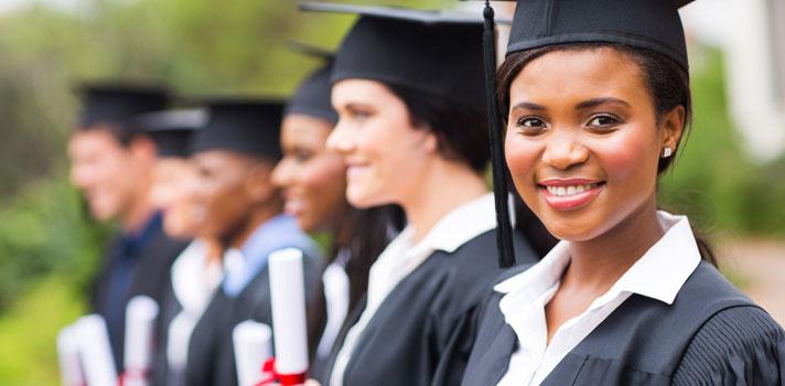 <p>O ministro da Educação, Aloizio Mercadante, deve assinar ainda nesta quarta-feira (11) uma portaria que incentiva o debate de cotas na pós-graduação. O objetivo é <strong><a title=Lei de Cotas garante 150 mil vagas a estudantes negros href=https://noticias.universia.com.br/destaque/noticia/2015/11/16/1133752/lei-cotas-garantiu-150-mil-vagas-estudantes-negros.html>aumentar o acesso de minorias sociais, como indígenas, negros e pessoas com deficiência</a></strong>, ao ensino superior.</p><p></p><p><span style=color: #333333;><strong>Você pode ler também:</strong></span><br/><a style=color: #ff0000; text-decoration: none; text-weight: bold; title=Conheça 3 mitos da Lei de Cotas href=https://noticias.universia.com.br/destaque/noticia/2015/11/18/1133841/conheca-3-mitos-lei-cotas.html>» <strong>Conheça 3 mitos da Lei de Cotas</strong></a><br/><a style=color: #ff0000; text-decoration: none; text-weight: bold; title=MEC vai criar programa de intercâmbio para negros e indígenas href=https://noticias.universia.com.br/mobilidade-academica/noticia/2013/08/29/1045709/mec-vai-criar-programa-intercambio-negros-e-indigenas.html>» <strong>MEC vai criar programa de intercâmbio para negros e indígenas</strong></a><br/><a style=color: #ff0000; text-decoration: none; text-weight: bold; title=Todas as notícias de Educação href=https://noticias.universia.com.br/educacao>» <strong>Todas as notícias de Educação</strong></a></p><p></p><p>Nesta portaria não foi especificada, até o momento, um percentual de <strong><a title=Quase metade dos matriculados na Unicamp estudaram em escola pública href=https://noticias.universia.com.br/educacao/noticia/2016/04/07/1138079/quase-metade-matriculados-unicamp-estudaram-escola-publica.html>reserva de vagas para cotistas</a></strong>, deixando as instituições livres para escolher. Desde 2014, as cotas para pós-graduação estão sendo discutidas em um grupo de trabalho da <strong>Coordenação de Aperfeiçoamento de Pessoal de Nível Superior (Capes)</strong>.
