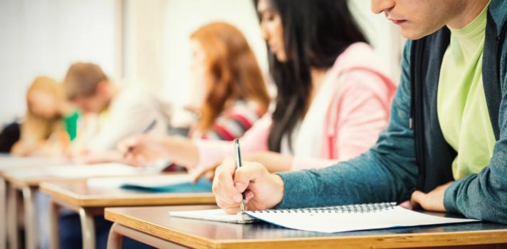 Enfocarse en la práctica a través de ensayos y ejercicios es fundamental para lograr un buen resultado en el examen