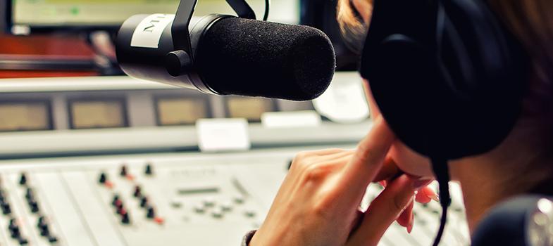 """<p>As inscrições para o <strong>Prêmio de Jornalismo Universitário CBN</strong> estão abertas. Em sua oitava edição, o concurso é voltado para jovens jornalistas que desenvolvam boas reportagens radiofônicas. O tema deste ano é <strong>""""Histórias de quem está trabalhando para que o mundo seja melhor daqui 25 anos""""</strong>.</p><p></p><p><span style=color: #333333;><strong>Você pode ler também:</strong></span><br/><a style=color: #ff0000; text-decoration: none; text-weight: bold; title=Brasil tem 10 dos 50 melhores cursos universitários do mundo, diz estudo href=https://noticias.universia.com.br/educacao/noticia/2016/03/22/1137621/brasil-10-50-melhores-cursos- universitarios-mundo-diz-estudo.html>» <strong>Brasil tem 10 dos 50 melhores cursos universitários do mundo, diz estudo</strong></a><br/><a style=color: #ff0000; text-decoration: none; text-weight: bold; title=4 mitos sobre cursos universitários href=https://noticias.universia.com.br/destaque/noticia/2016/02/25/1136695/4-mitos-sobre-cursos- universitarios.html>» <strong>4 mitos sobre cursos universitários</strong></a><br/><a style=color: #ff0000; text-decoration: none; text-weight: bold; title=Todas as notícias sobre Bolsas de estudo e prêmios href=https://noticias.universia.com.br/estudar-exterior>» <strong>Todas as notícias sobre bolsas de estudo e prêmios</strong></a></p><p></p><p>Os pré-requisitos para participar são trabalhos individuais ou em grupos de até 3 integrantes, reportagens inéditas de até 3 minutos de duração e estar matriculado em uma instituição de ensino superior reconhecida pelo Ministério da Educação (MEC). <strong>O prazo de inscrições termina à meia-noite do dia 31 de julho.</strong></p><p></p><p><strong>O projeto vencedor será premiado com um iPhone, certificado de participação, visita à redação da CBN em São Paulo, um troféu e veiculação do conteúdo na programação da rádio.</strong> Caso os ganhadores não sejam de São Paulo, a hospedagem e passagem para a cidade são pagas pela rádio. Os"""