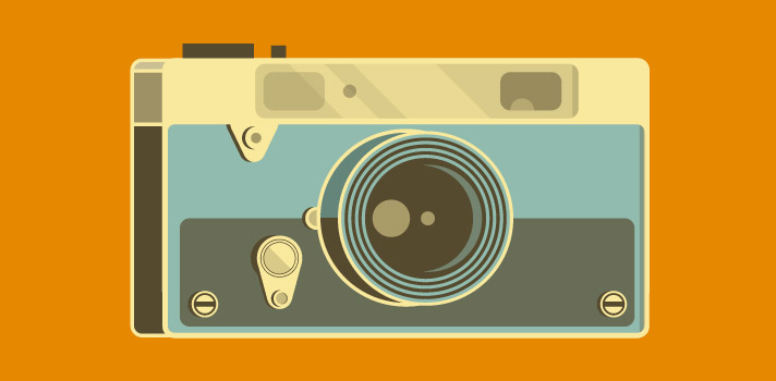 """<p>Tomar una fotografía resulta relativamente fácil, pero hacer una buena foto a veces se nos dificulta un poco más.</p><p>Es que el mundo de la fotografía digital es tan grande que nunca terminaremos de conocer todos los trucos y herramientas que pueden ayudarnos a realizar una excelente imagen.</p><p>A continuación te presentamos una selección de 10 consejos para que puedas explotar tu talento en la fotografía.</p><p><strong>1# Flash durante el día:</strong> Puede parecer una locura pero aunque no lo creas sí funciona. Utilizar el flash en exteriores con luz natural puede ayudar a evitar que la imagen """"se queme"""", es decir, a que se distorsione la calidad por recibir una luz inesperada o en sentido equivocado.</p><p><strong>2# Crea imágenes distorsionando la luz:</strong> Poniendo un poco de vaselina al lente de tu cámara lograrás que la luz se distorsione y cree una especie de nebulosas. Procura no aplicar la vaselina directamente sobre el objetivo, utiliza un papel film o de aluminio para lograr el efecto.</p><p><strong>3# No elimines fotografías de tu cámara:</strong> Muchas veces puedes llegar a pensar que esa fotografía no salió como querías y es mejor eliminarla. ¡No lo hagas! Detente a mirar la foto en una computadora con la resolución correspondiente, tal vez no esté tan mal como pensabas o de lo contrario puede servirte para aprender de tus errores.</p><p><strong>4# Fabrica tu propio parasol:</strong> El parasol es un elemento fundamental para evitar los brillos y los reflejos del sol. Puedes crear tu propio parasol con un vaso de cartón y de esa manera ayudarás a tu cámara a protegerse de la dureza del sol.</p><p><strong>5# Crea efectos de neblina:</strong> Existen innumerables efectos que puedes realizar con tu cámara y con elementos que encontremos en casa, pero sin dudas el más fácil de realizar es el efecto neblina. Coloca una bolsa de nylon transparente en el contorno de tu objetivo y listo.</p><p><strong>6# Utiliza tu smartphone como disparador:</st"""