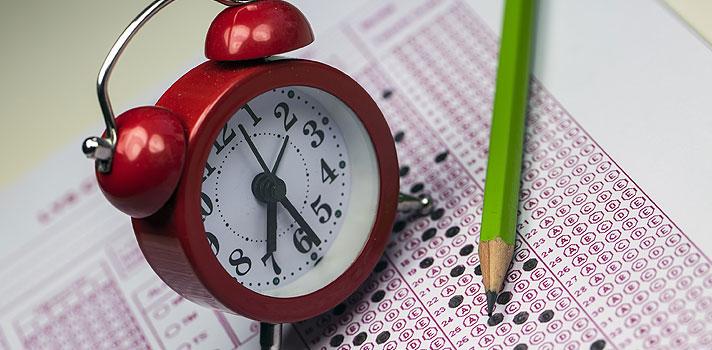 <p>Neste domingo (15) acontecerá a <strong><a title=Unesp divulga datas do vestibular 2017 href=https://noticias.universia.com.br/educacao/noticia/2016/05/03/1138993/unesp-divulga-datas-vestibular-2017.html>primeira fase do vestibular de meio de ano 2016 da Unesp</a></strong>, em que serão ofertadas vagas para nove cursos de graduação, em cinco cidades do estado de São Paulo. Ao todo, 13.762 pessoas se inscreveram para o exame, sendo que 5.259 irão participar como treineiros, ou seja, sem concorrer a uma vaga.</p><p></p><p><span style=color: #333333;><strong>Você pode ler também:</strong></span><br/><a style=color: #ff0000; text-decoration: none; text-weight: bold; title=Inscrições da Fuvest 2017 começam no dia 19 de agosto href=https://noticias.universia.com.br/educacao/noticia/2016/05/02/1138936/inscrices-fuvest-2017-comecam-dia-19-agosto.html>» <strong>Inscrições da Fuvest 2017 começam no dia 19 de agosto</strong></a><br/><a style=color: #ff0000; text-decoration: none; text-weight: bold; title=Unesp divulga datas do vestibular 2017 href=https://noticias.universia.com.br/educacao/noticia/2016/05/03/1138993/unesp-divulga-datas-vestibular-2017.html>» <strong>Unesp divulga datas do vestibular 2017</strong></a><br/><a style=color: #ff0000; text-decoration: none; text-weight: bold; title=Todas as notícias de Educação href=https://noticias.universia.com.br/educacao>» <strong>Todas as notícias de Educação</strong></a></p><p></p><p>Nesta oportunidade, <strong><a title=Unesp abre 360 vagas para vestibular do meio do ano href=https://noticias.universia.com.br/educacao/noticia/2016/03/30/1137829/unesp-abre-360-vagas-vestibular-meio-ano.html>a Unesp ofertará 360 vagas</a></strong>, sendo que 234 delas serão pelo Sistema Universal (SU) e 126 pelo Sistema de Reserva de Vagas para a Educação Básica Pública (SRVEBP), o que corresponde a 35% do total. Todas elas têm ingresso previsto para o mês de agosto. A prova da primeira fase será composta por 90 questões de múltipla escolha. 