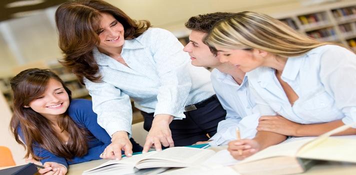 """<p>Para <strong>ser un buen docente</strong> es importante trabajar para mejorar. Y para ello los alumnos pueden ser de gran ayuda porque son quienes están todos los días con vos, viendo cómo te desenvolvés. Conocé <strong>3 formas de obtener un feedback honesto</strong> para que puedas saber qué aspectos trabajar y transformarte en un mejor docente.</p><p></p><p><span style=color: #ff0000;><strong>Lee también</strong></span><br/><a style=color: #666565; text-decoration: none; title=¿Qué características tienen los docentes eficaces? href=https://noticias.universia.com.ar/en-portada/noticia/2014/10/27/1113864/caracteristicas-docentes-eficaces.html>» <strong>¿Qué características tienen los docentes eficaces?</strong></a><br/><a style=color: #666565; text-decoration: none; title=Seminarios Virtuales gratuitos para estudiantes de formación docente href=https://noticias.universia.com.ar/consejos-profesionales/noticia/2015/07/17/1128434/seminarios-virtuales-gratuitos-estudiantes-formacion-docente.html>» <strong>Seminarios Virtuales gratuitos para estudiantes de formación docente</strong></a> <br/><a style=color: #666565; text-decoration: none; title=Profesores: 4 herramientas del Open Source para fomentar el aprendizaje href=https://noticias.universia.com.ar/en-portada/noticia/2014/04/08/1094098/profesores-4-herramientas-open-source-fomentar-aprendizaje.html>» <strong>Profesores: 4 herramientas del Open Source para fomentar el aprendizaje</strong></a></p><p></p><p><strong>1. Buzón de sugerencias y dudas</strong></p><p>Tal vez los estudiantes quieren comentar algo que sucedió, o tienen alguna duda sobre algo que dieron, pero les da vergüenza comentarlo adelante de toda la clase. Por eso podés <strong>poner en tu escritorio un """"buzón de sugerencias y dudas""""</strong> en el cual puedan decirte si quieren que vuelvas a explicar algo por ejemplo.</p><p>De esta manera podrás saber con más sinceridad si tenés que mejorar la manera en la que presentaste un tema. Muchos profesores """