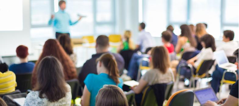 """<h2>1. O sistema educacional</h2><p>Conhecer a estrutura do sistema de Educação é o primeiro passo. Atualmente, o sistema brasileiro é organizado com base em dois níveis. São eles: Educação Básica e Educação Superior. A Educação Básica compreende as modalidades de Educação Infantil e Ensino Fundamental. A Educação Superior inclui a Graduação e a Pós-Graduação.</p><p>O Ensino Fundamental é dividido em anos, do primeiro ao nono, que se aplicam à alunos entre aproximadamente seis anos até os 15. O Ensino Médio se segue e tem duração de três anos, abrangendo dos 15 aos 18 anos do estudante.</p><p>Por fim, a Graduação recebe os alunos a partir de 17 anos para lhes conferir a formação universitária, com a Pós-Graduação funcionando como continuidade e complemento. </p><p></p><p><a href=https://noticias.universia.com.br/cultura/noticia/2017/10/24/1156275/preciso-professor-universitario.html>Saiba como se tornar um professor universitário</a></p><p></p><h2>2. A Educação Infantil</h2><p>A primeira etapa da Educação Básica, a Educação Infantil é definida na<span></span><a href=https://www.planalto.gov.br/ccivil_03/leis/L9394.htm>Lei de Diretrizes e Bases</a><span></span>(ou LDB, a legislação norteadora da Educação no país) como responsável pelo """"desenvolvimento da criança até os seis anos de idade"""".</p><p>Aplicada em creches, com crianças de até três anos, e pré-escolas, para os que estão entre os quatro e cinco anos, a Educação Infantil é principalmente baseada em acompanhamento e observação do aluno.</p><p></p><h2>3. A formação necessária</h2><p>Para lecionar na Educação Infantil, o profissional precisa de formação específica. As licenciaturas habilitam para a Educação Infantil, o Ensino Fundamental e o Ensino Médio.</p><p>A licenciatura em Pedagogia é um curso focado na atuação na Educação Infantil e no Ensino Fundamental e é o mais indicado para quem deseja uma carreira no ensino infantil.</p><p></p><h2>4. A carreira em Pedagogia</h2><p>As possibilidades de atuação do prof"""