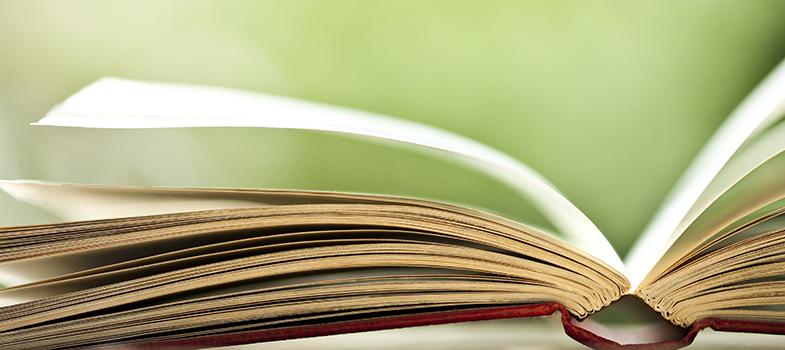 O livro Claro Enigma, de <a href=https://noticias.universia.com.br/destaque/noticia/2015/10/20/1132603/drummond-poeta-cobrado-enem.html title=Drummond é o poeta mais cobrado no Enem>Carlos Drummond de Andrade</a>, é uma das obras que compõe a lista de leituras obrigatórias da Fuvest 2017. Para entender cada um dos poemas presentes, é imprescindível que os estudantes tenham alguns conhecimentos sobre o contexto em que eles foram produzidos. Para facilitar o período de estudos, a <strong> Universia Brasil </strong> conversou com o professor de Língua Portuguesa do Curso Poliedro <strong>Cesar Augusto Ceneme</strong>, que analisou dois poemas da obra, considerados por ele como de maior relevância. <strong> Entenda as análises: </strong><blockquote style=text-align: center;><strong>Guia de Profissões</strong>: confira cursos universitários <span style=text-decoration: underline;><a href=https://www.universia.com.br/estudos class=enlaces_med_leads_formacion title=Guia de Profissões: confira cursos universitários no Brasil target=_blank id=ESTUDIOS>aqui<br/><br/></a></span></blockquote><p><span style=color: #333333;><strong>Você pode ler também:</strong></span><br/><a href=https://noticias.universia.com.br/educacao/noticia/2016/03/11/1137297/fuvest-divulga-lista-leituras-obrigatorias-proximos-vestibulares.html title=Fuvest divulga lista de leituras obrigatórias para os próximos três vestibulares>» <strong>Fuvest divulga lista de leituras obrigatórias para os próximos três vestibulares</strong></a><br/><a href=https://noticias.universia.com.br/destaque/noticia/2016/03/01/1136853/5-maneiras-tornar-redes-sociais-aliadas-durante-estudos.html title=5 maneiras de tornar as redes sociais aliadas durante os estudos>» <strong>5 maneiras de tornar as redes sociais aliadas durante os estudos</strong></a><br/><a href=https://noticias.universia.com.br/educacao title=Todas as notícias de Educação>» <strong>Todas as notícias de Educação</strong></a><br/><br/></p><p><strong><img src=http