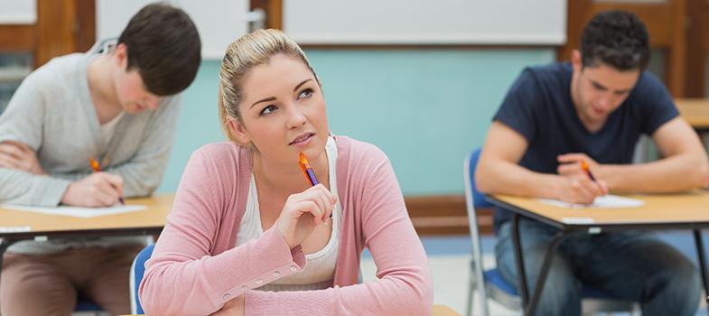 <p>O pensamento crítico é valorizado tanto dentro do ambiente profissional, quanto no pessoal e no acadêmico. Quanto maior o senso crítico e a capacidade de articulação de pensamentos, maior as chances da pessoa ser reconhecida dentro do seu meio de convívio. Por isso, é essencial que os estudantes sejam incentivados a pensar e serem criativos desde pequenos. <strong> Professor: confira como você pode fazer isso dentro da sua sala de aula: </strong></p><p></p><p><span style=color: #333333;><strong>Você pode ler também:</strong></span><br/><a style=color: #ff0000; text-decoration: none; text-weight: bold; title=Veja como se tornar um professor online em 2016 href=https://noticias.universia.com.br/destaque/noticia/2015/12/29/1134359/veja-tornar-professor-online-2016.html>» <strong>Veja como se tornar um professor online em 2016</strong></a><br/><a style=color: #ff0000; text-decoration: none; text-weight: bold; title=Professor 3 plataformas para aplicar nas salas de aula href=https://noticias.universia.com.br/destaque/noticia/2015/12/22/1134961/professor-3-plataformas-aplicar-salas-aula.html>» <strong>Professor 3 plataformas para aplicar nas salas de aula</strong></a><br/><a style=color: #ff0000; text-decoration: none; text-weight: bold; title=Todas as notícias de Educação href=https://noticias.universia.com.br/educacao>» <strong>Todas as notícias de Educação</strong></a></p><p></p><p><strong> 1 –<a title=Veja 6 perguntas que estimulam o senso crítico dos seus alunos href=https://noticias.universia.com.br/destaque/noticia/2014/09/10/1111227/veja-6-perguntas-estimulam-senso-critico-alunos.html>Faça perguntas</a> sem respostas certas ou erradas</strong></p><p><br/> Durante as aulas, crie discussões que não tenham uma resposta certa. Faça com que os estudantes consigam opinar sobre os mais diversos assuntos, fazendo com que eles se sintam confortáveis para se expressar em público e que pensem cada vez mais. O objetivo é fazer com que eles enxerguem a atividade como algo e