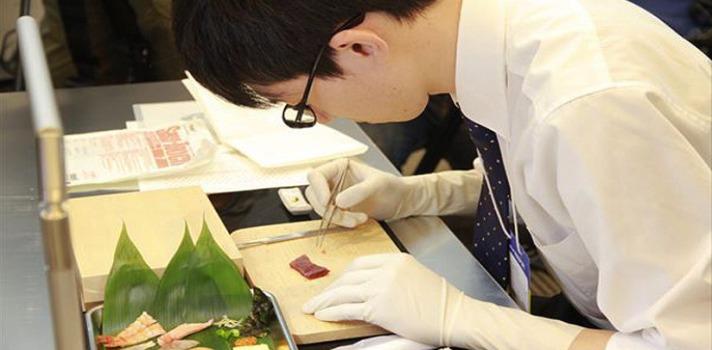 Uno de los jóvenes intentando realizar la tercera de las pruebas