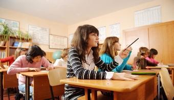"""<p style=text-align: justify;>Por más que el hábito de realizar preguntas sea muy valioso, en la actualidad perdió cierta vigencia y por ende, cada vez son menos los profesores que incluyen momentos para contestar preguntas. A continuación te contamos cómo podés<strong> perder el miedo y volver a promover la realización de preguntas dentro del aula</strong>.</p><p style=text-align: justify;></p><p><strong>Lee también</strong><br/><a style=color: #ff0000; text-decoration: none; title=5 consejos para los que empiezan la universidad en el segundo semestre href=https://noticias.universia.com.ar/en-portada/noticia/2014/07/07/1100155/5-consejos-empiezan-universidad-segundo-semestre.html>» <strong>5 consejos para los que empiezan la universidad en el segundo semestre</strong></a><br/><a style=color: #ff0000; text-decoration: none; title=7 consejos para lograr una óptima concentración al estudiar href=https://noticias.universia.com.ar/vida-universitaria/noticia/2014/02/13/1081476/7-consejos-lograr-optima-concentracion-estudiar.html>» <strong>7 consejos para lograr una óptima concentración al estudiar</strong></a></p><p style=text-align: justify;></p><h4>1) Transformalo en un hábito</h4><p style=text-align: justify;>Existen distintos ejercicios que pueden contribuir con la formación de buenos preguntadores y además con la comprensión y la puesta en práctica de lo aprendido. <strong>Preguntale a tus docentes cuál es el más efectivo.</strong></p><p style=text-align: justify;></p><h4>2) Adquirí hábitos de preguntador habitual</h4><p style=text-align: justify;>Las personas que no tienen problema en preguntar todo lo que se les pasa por la cabeza<strong> están entrenados</strong>: observan la realidad desde otra perspectiva, buscan constantemente respuestas a distintas preguntas y no tienen temor al qué dirán.</p><p style=text-align: justify;></p><h4>3) Todos deberían hacerlo</h4><p style=text-align: justify;>Si bien las personas que más participan en clase son considerados """"sabe"""