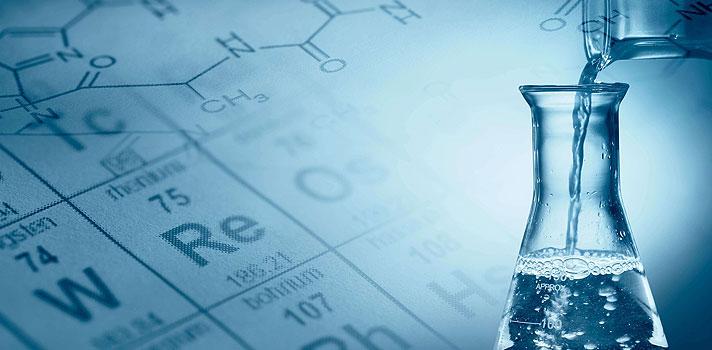 <p>Você já conseguiu decorar toda a tabela periódica? Então, prepare-se para aumentar a lista, pois 4 novos elementos químicos foram adicionados formalmente a sétima fila da tabela, no último dia 30 de dezembro, pela <strong><a title=União Internacional de Química Pura e Aplicada (IUPAC) href=https://www.iupac.org/ target=_blank>União Internacional de Química Pura e Aplicada (IUPAC)</a></strong>.</p><p></p><p><span style=color: #333333;><strong>Você pode ler também:</strong></span><br/><br/><a style=color: #ff0000; text-decoration: none; text-weight: bold; title=Aprenda brincando: 8 jogos online e gratuitos de Química href=https://noticias.universia.com.br/destaque/noticia/2015/06/16/1126856/aprenda-brincando-8-jogos-online-gratuitos-quimica.html>» <strong>Aprenda brincando: 8 jogos online e gratuitos de Química</strong></a><br/><a style=color: #ff0000; text-decoration: none; text-weight: bold; title=Procurando entender melhor Química? Unesp oferece cursos online gratuitos sobre a matéria href=https://noticias.universia.com.br/destaque/noticia/2015/03/26/1122367/procurando-entender-melhor-quimica-unesp-oferece-cursos-online-gratuitos-sobre-materia.html>» <strong>Procurando entender melhor Química? Unesp oferece cursos online gratuitos sobre a matéria</strong></a><br/><a style=color: #ff0000; text-decoration: none; text-weight: bold; title=Todas as notícias de Educação href=https://noticias.universia.com.br/educacao>» <strong>Todas as notícias de Educação</strong></a></p><p></p><p>São eles os elementos 113, 115, 117 e 118, descobertos por pesquisadores japoneses, russos e americanos durante a última década. Por enquanto, os quatro ainda não receberam nomes definitivos e estão sendo chamados de <strong>unúntrio (Uut), unumpêntio (Uup), ununséptio (Uus) e ununóctio (Uuo)</strong>, respectivamente.</p><p></p><p>Os cientistas responsáveis pela descoberta foram convidados a criar os nomes permanentes e seus símbolos, com os quais serão representados na tabela. Quando apro
