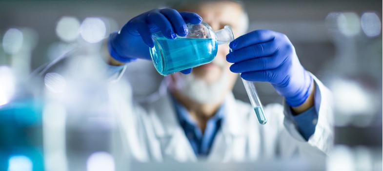 <p>A Química é uma das áreas das Ciências com maior abrangência profissional e amplitude acadêmica. Com atuação variada em diversos setores e regulamentada no Brasil há muitos anos, o químico tem um grande leque de atribuições e várias possibilidades de formação.</p><p>Já pensou em seguir carreira como químico? Antes de fazer a decisão, conheça mais sobre a área da Química! </p><p></p><p><a href=https://noticias.universia.com.br/destaque/noticia/2017/11/01/1156356/medicina-conheca-informaces-sobre-curso-carreira.html><span>Medicina: conheça informações sobre o curso e a carreira</span></a></p><h2><br/><br/>O CRQ</h2><p>O Conselho Regional de Química ou CRQ é uma entidade criada por lei em 1956 e regulariza, regionalmente, a atividade e detalhes da carreira do profissional da Química. Os diversos CRQ são unificados e controlados pelo CFQ ou Conselho Federal de Química.</p><p>Entre as definições do CFQ está a das atribuições profissionais de cada formação em Química. São elas: o técnico, a licenciatura, o bacharelado e a engenharia.</p><p></p><h2>Técnico em Química</h2><p>O técnico químico tem a sua formação em nível técnico, com média de duração entre 2 e 3 anos. A habilitação concede ao profissional de trabalhar com funções técnicas na indústria, pesquisa e desenvolvimento, tratamento de resíduos e controle de equipamentos, além de gerenciamento de laboratórios no geral.</p><p></p><h2>Licenciatura em Química</h2><p>A licenciatura em Química é uma das formações mais presentes nas IES. Trata-se de um curso superior que habilita o profissional a lecionar nos ensinos Fundamental, Médio e Superior (com as devidas necessidades de formação em pós-graduação). A formação contempla os conhecimentos fundamentais da ciência, bem como alguns dos conceitos da Educação. A duração média é de 4 anos.</p><p></p><h2>Bacharelado em Química</h2><p>O bacharel em Química tem formação superior e está apto a desenvolver uma série de atividades na indústria e na pesquisa da área. Com uma gra