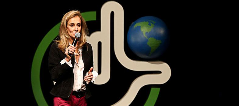 """<p>Cada vez mais, <strong>a questão de gênero é colocada em debate nas mais diversas áreas da sociedade</strong>. Presente desde as salas de aula até o âmbito corporativo, o tema ainda enfrenta desafios para ser inserido e discutido, principalmente no mercado de trabalho. A <strong>vice-presidente de Recursos Humanos da Coca-Cola Brasil, Raissa Lumack</strong>, comentou, durante palestra na <strong>Plataforma Liderança Sustentável 2016 – Ética & Diversidade</strong>, sobre o desenvolvimento da questão, como ainda há um longo caminho a ser percorrido e as maneiras como empresas atentas à diversidade têm maiores chances de atender às necessidades de seus clientes.</p><p><span style=color: #333333;><strong>Leia também:</strong></span><br/><a href=https://noticias.universia.com.br/tag/empreendedorismo-universitário/ title=Todas as notícias sobre empreendedorismo universitário>» <strong>Todas as notícias sobre empreendedorismo universitári</strong></a></p><p>Raissa comenta como, apesar de muito difundido, o tema ainda é mal interpretado ou subestimado. Segundo pesquisas realizadas entre 2015 e 2016 pelo IBGE e pela Datafolha, ainda existem situações em que as mulheres recebem um salário de 20% a 30% inferior ao de um homem ocupando o mesmo cargo. Ela própria conta que não compreendia a relevância da questão quando teve seu primeiro contato com a mesma. """"Eu detestei esse assunto, eu falei, 'mas por que isso'? <strong>Se uma pessoa é competente, por que ela precisa de 'ajuda'? </strong> E aquilo me deu um desconforto enorme"""", explica durante a palestra. Ainda no início dos anos 2000, a discussão se manteve em como a mulher deveria ou não se portar no âmbito profissional. Dez anos mais tarde, o assunto voltou às mãos da vice-presidente e, dessa vez, a fez reavaliar tudo o que havia debatido antes.</p><p>A surpresa por se deparar outra vez com a questão do porquê as mulheres não crescerem dentro das organizações foi transformada em uma nova análise. """"A 'ajuda' passa a ser en"""