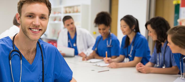 <p>El Hospital Italiano de Buenos Aires (HIBA) convoca a <strong>8 médicos y enfermeros nacionales o extranjeros</strong> para realizar la<a href=https://www1.hospitalitaliano.org.ar/#!/home/infomed/noticia/7180 target=_blank>residencia en Informática de la Salud</a>con una duración de <strong>3 años</strong>. Durante este tiempo, los residentes cursarán materias de posgrado para obtener el título de <strong>Magíster en Informática de la Salud</strong>, una especialidad médica con campo de acción en la gestión de información e informatización de hospitales y otros servicios de la salud. Podés <strong>postularte hasta el 3 de marzo</strong>.<br/><br/><br/><br/><br/><strong>Te puede interesar</strong></p><p>><a href=https://noticias.universia.com.ar/educacion/noticia/2016/12/29/1147930/147-convocatorias-becas-expiran-enero.html target=_blank>147 convocatorias a becas para argentinos que expiran en enero<br/></a>><a href=https://noticias.universia.com.ar/educacion/noticia/2017/01/02/1148019/diccionario-anatomia-histologia-descargar-gratis.html target=_blank>Diccionario de anatomía e histología para descargar gratis<br/></a>><a href=https://noticias.universia.com.ar/cultura/noticia/2016/09/02/1143204/9-libros-medicina-descargar-gratis.html target=_blank>9 libros de medicina para descargar gratis<br/><br/><br/><br/></a></p><p></p><p><strong>¿Qué es la Informática de la Salud?</strong></p><p>Es una disciplina originada en los años 70 que implica la elaboración <strong>de estrategias que mejoren la utilización de información en instituciones dedicadas a la salud</strong>.<br/><br/><br/></p><p><strong>¿En qué consiste la residencia del Hospital Italiano de Buenos Aires?</strong></p><p><span>En la residencia en Informática y Salud del HIBA, se aprende sobre proyectos de información vinculados con el hospital pero también sobre los</span><strong>procesos de informatización</strong><span>de otras instituciones.</span>El programa ofrece 8 vacantes distribuidas entre profesional