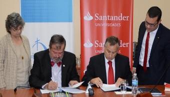 """<p style=text-align: justify;><span lang=ES-PR>La <strong><a href=https://estudios.universia.net/puerto-rico/institucion/pontificia-universidad-catolica-puerto-rico>Pontificia Universidad Católica de Puerto Rico</a></strong>y el<strong><a href=https://www.santander.pr/ target=_blank>Banco Santander</a></strong>anunciaron la renovación del<strong> Plan de Apoyo a la Educación Superior (PAES)</strong>, un acuerdo colaborativo para desarrollar o dar continuación a proyectos de innovación e internacionalización tanto de naturaleza académica como de investigación.</span></p><p style=text-align: justify;><span lang=ES-PR></span></p><p style=text-align: justify;><span lang=ES-PR>El acuerdo fue firmado entre el presidente de la <strong>PUCPR</strong>,<strong> Dr. Jorge Iván Vélez Arocho</strong> y el <strong>CEO</strong> y<strong> Presidente de Santander</strong>, <strong>Fredy Molfino Campodonico</strong>, e incluye una aportación de sobre <strong>100 mil dólares</strong> a la institución educativa, para el desarrollo docente, académico y de investigación a través del intercambio de estudiantes, profesores y becas para cursos especializados en universidades de otros países y para realizar proyectos de investigación.</span></p><p style=text-align: justify;><span lang=ES-PR></span></p><p style=text-align: justify;><span lang=ES-PR>Incluye también el desarrollo de la <strong>Tarjeta Universitaria Inteligente</strong> de la<strong> Universidad Pontificia</strong> con la cual se ofrecen servicios como la <strong>consulta del expediente académico </strong>en cajeros y puntos de información instalados en los campus, la <strong>gestión de préstamos bibliotecarios</strong>, el <strong>control de acceso a recintos</strong> de paso restringido y a equipos informáticos.</span></p><p style=text-align: justify;><span lang=ES-PR></span></p><p style=text-align: justify;><span lang=ES-PR>""""Alianzas como la que mantenemos con el Banco Santander permiten continuar la agenda de internacionaliz"""