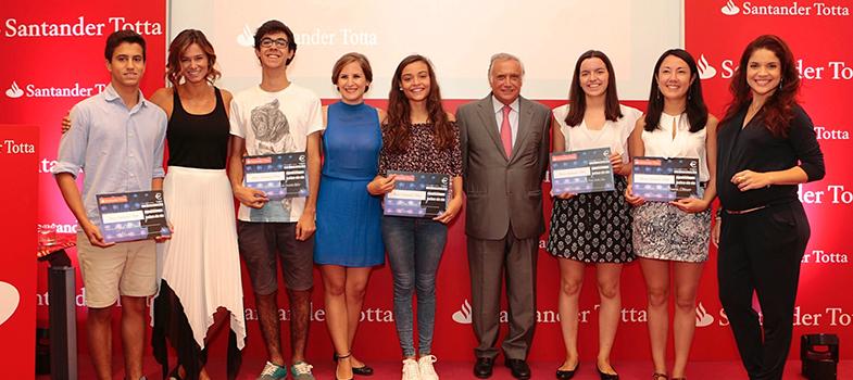 O <strong>Santander Totta e o Rock in Rio</strong> desafiaram os amantes da música a participar na iniciativa 'Palco de Talentos', que premeia jovens artistas com bolsas de estudo na área da música. Na cerimónia de entrega dos prémios, que decorreu hoje, foi atribuída uma <strong>bolsa de estudo no valor total de €10.000 a 10 vencedores</strong>, para que possam assim continuar a desenvolver a sua vocação.<br/><br/><p><span style=color: #333333;><strong>Leia também:</strong></span><br/><a href=https://noticias.universia.pt/destaque/noticia/2015/11/11/1133568/4-beneficios-musica-estudos.html title=4 benefícios da música para os estudos>» <strong>4 benefícios da música para os estudos</strong></a><br/><a href=https://noticias.universia.pt/destaque/noticia/2016/08/22/1142711/estagio-orquestra-universidade-coimbra-uc-inscrices-abertas.html title=Estágio da Orquestra da Universidade de Coimbra (UC) está com inscrições abertas>» <strong>Estágio da Orquestra da Universidade de Coimbra (UC) está com inscrições abertas</strong></a><br/><a href=https://noticias.universia.pt/destaque/noticia/2013/08/08/1041437/os-melhores-cursos-online-gratuitos-arte-cinema-historia-da-arte-e-musica.html title=Os melhores cursos online gratuitos de Arte, Cinema, História da Arte e Música>» <strong>Os melhores cursos online gratuitos de Arte, Cinema, História da Arte e Música<br/><br/></strong></a></p><p>O Santander Totta foi o <strong>Banco oficial do Rock in Rio - Lisboa 2016</strong> e decidiu contribuir com 1% das vendas de bilhetes feitas através do Banco para a criação de bolsas de estudo na área da música, no âmbito do seu programa de responsabilidade corporativa.<br/><br/></p><p>O júri do 'Palco de Talentos', constituído por Cláudia Vieira, Inês Igrejas e Roberta Medina, avaliou cerca de três dezenas de candidaturas. Os participantes nesta iniciativa enviaram um vídeo com a sua melhor performance musical. Beatriz Ribeiro, Frederico Ribeiro, Inês Pires Tavares, João Gigante, João Neves, 