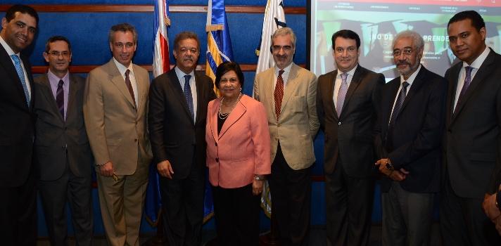 """<p>El <strong><a href=https://centrodedesarrollo.universia.net/>Centro de Desarrollo Universia</a>(CDU)</strong> en conjunto con la <strong><a href=https://www.funglode.org/>Fundación Global Democracia y Desarrollo</a>(Funglode)</strong> y el <strong><a href=https://www.iglobal.edu.do/>Instituto Global de Altos Estudios en Ciencias Sociales</a>(Iglobal)</strong>, lanzaron en el día de ayer el <strong>Seminario Internacional Estrategias de Innovación Educativa a través de los Moocs. </strong>El evento,<strong></strong>dirigido a autoridades académicas de las Universidades Socias y No Socias de la Red Universia en República Dominicana y Centroamérica tiene por objetivo <strong>desarrollar y aplicar estrategias de avanzada para el aprovechamiento de las nuevas tecnologías en las Instituciones</strong>.</p><p></p><p>El Seminario dio comienzo ayer, martes 4 de agosto y se llevará a cabo durante el día de hoy y hasta mañana 6 de agosto. El acto de inauguración contó con la ponencia del ex presidente de República Dominicana y actual presidente de Funglode<strong> Leonel Fernández</strong>, quién disertó sobre los importantes <strong>avances que los Moocs generan en el contexto académico</strong> con respecto al desarrollo, la innovación y el acceso gratuito a la educación de calidad, ya que los cursos online son sin costo vía internet.</p><p></p><p>""""Cada vez es más claro que estamos en un mundo en redes, y uno de los aportes más importantes en los últimos 25 años es la revolución tecnológica traída por el Internet; dentro de esa plataforma surgió un movimiento que planteaba el código abierto donde en realidad se debería tener acceso gratis a todo lo que tiene que ver con Internet, incluyendo la educación"""", afirmó Fernández, quién además destacó el <strong>primer ejemplo de conocimiento gratuito ofrecido a través de Internet: Wikipedia</strong>.</p><p></p><p>Durante la jornada de hoy, 5 de agosto, el Seminario continuará con la exposición de conferencistas expertos, observa"""