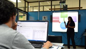 """<p style=text-align: justify;>La <strong>Escuela de Ciencias del Lenguaje</strong>, la <strong>Biblioteca José Figueres</strong> y el <strong>TEC Digital</strong> trabajan en conjunto para que estudiantes de primer ingreso del <a href=https://www.universia.cr/universidades/tecnologico-costa-rica/in/37966><strong>Tecnológico de Costa Rica</strong></a> fortalezcan sus habilidades en la<strong> creación de trabajos académicos</strong> mediante talleres participativos que muestran cómo <strong>generar correctamente referencias bibliográficas</strong>.</p><p style=text-align: justify;></p><p><strong>Lee también</strong><br/><a style=color: #ff0000; text-decoration: none; title=Consejos para escribir un ensayo href=https://noticias.universia.cr/actualidad/noticia/2015/02/02/1119259/consejos-escribir-ensayo.html>» <strong>Consejos para escribir un ensayo</strong></a></p><p style=text-align: justify;></p><p style=text-align: justify;><br/>A través de los talleres, los alumnos conocen la correcta <strong>utilización de las bases de datos de la Biblioteca</strong> y la <strong>herramienta de Control de Plagio</strong> del TEC Digital. Esto se une al conocimiento de los cursos de Comunicación Técnica y Escrita donde se aprende la importancia de utilizar adecuadamente las referencias bibliográficas en los trabajos académicos que realizarán a lo largo de su carrera.</p><p style=text-align: justify;><br/><br/>Los talleres se imparten durante el mes de marzo en todas las Sedes buscando ejemplificar las facilidades que el TEC como casa de enseñanza gestiona y fortalece desde diversas instancias institucionales.</p><p style=text-align: justify;><br/><br/>""""La idea de estos talleres es <strong>permitir que los estudiantes conozcan los riesgos de cometer plagio</strong> así como dejarles claro los <strong>derechos intelectuales en el ámbito académico</strong>"""" detalló la <strong>Dra. Verónica Ríos</strong>, Coordinadora del Área de Comunicación de la <strong>Escuela de Ciencias del Len"""