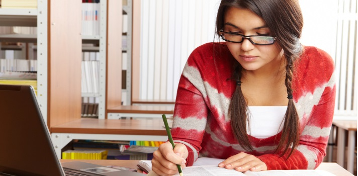 <p><strong>Elaborar un plan de estudios</strong> que te resulte efectivo te ayudará a <strong>organizar tus tareas y aumentar tu productividad</strong> y tus calificaciones. Desde qué materia priorizar, hasta cuál es el tiempo que tienes para dedicar a cada lección forma parte de una <strong>correcta planificación</strong>. Chequea a continuación <strong>5</strong><strong>pasos para elaborar un plan de estudios</strong> ¡y despídete de la desorganización!</p><p><br/><span style=color: #ff0000;><strong>Lee también</strong></span><br/><a style=color: #666565; text-decoration: none; title=5 tips para estudiar matemáticas href=https://noticias.universia.com.py/educacion/noticia/2015/06/04/1126360/5-tips-estudiar-matematicas.html>» <strong>5 tips para estudiar matemáticas</strong></a><br/><a style=color: #666565; text-decoration: none; title=5 consejos para mejorar la comprensión lectora href=https://noticias.universia.com.py/en-portada/noticia/2014/09/25/1111864/5-consejos-mejorar-comprension-lectora.html>» <strong>5 consejos para mejorar la comprensión lectora</strong></a><br/><a style=color: #666565; text-decoration: none; title=7 Consejos que te permitirán ahorrar y llegar a fin de mes href=https://noticias.universia.com.py/cultura/noticia/2015/05/06/1124343/7-consejos-permitiran-ahorrar-llegar-fin-mes.html>» <strong>7 Consejos que te permitirán ahorrar y llegar a fin de mes</strong></a><br/></p><p></p><p><strong>1 – Anota todo</strong></p><p>Cuando la clase termine procura haber anotado <strong>cuáles son las tareas marcadas</strong> para la siguiente instancia de esa asignatura, así como las pruebas y trabajos que ya tengan la fecha fijada. <strong>Llévalo todo anotado en una libreta</strong>con un espacio apartado para cada asignatura.</p><p></p><p><strong>2 – Estudia cada día</strong></p><p>Estudiar o por lo menos leer acerca de lo que se dio ese día y sobre los contenidos pautados para la siguiente clase es una buena manera de <strong>no acumular tareas pendient