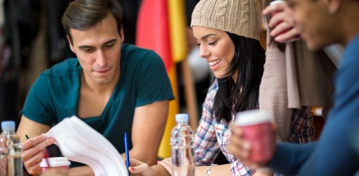 Estudiar en grupo puede ser muy beneficioso para trabajar algunas materias o realizar ejercicios prácticos
