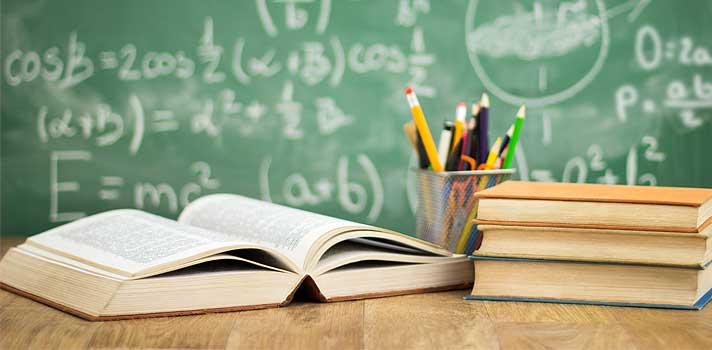 <p>Muitos professores se questionam sobre as <strong>principais <a title=Saiba quais serão as principais mudanças no ensino até 2020 href=https://noticias.universia.com.br/atualidade/noticia/2015/02/03/1119435/saiba-quais-principais-mudancas-ensino-2020.html>mudanças na educação</a>para os próximos anos</strong>. Em um cenário no qual a tecnologia e a interatividade estão cada vez mais presentes, é necessário procurar <strong>formas de adaptar os métodos de ensino</strong>, enxergando os alunos de forma individual, sabendo identificar as quais são habilidades e dificuldades pessoais de cada um.</p><p></p><p><span style=color: #333333;><strong>Veja também:</strong></span><br/><a style=color: #ff0000; text-decoration: none; text-weight: bold; title=Educação: ética deve virar nova disciplina escolar href=https://noticias.universia.com.br/destaque/noticia/2015/09/16/1131308/educacao-etica-deve-virar-nova-disciplina-escolar.html>» <strong>Educação: ética deve virar nova disciplina escolar</strong></a><br/><a style=color: #ff0000; text-decoration: none; text-weight: bold; title=Assista aos melhores documentários sobre tecnologia e educação href=https://noticias.universia.com.br/destaque/noticia/2015/05/29/1125866/assista-melhores-documentarios-sobre-tecnologia-educaco.html>» <strong> Assista aos melhores documentários sobre tecnologia e educação</strong></a><br/><a style=color: #ff0000; text-decoration: none; text-weight: bold; title=Todas as notícias de Educação href=https://noticias.universia.com.br/educacao>» <strong>Todas as notícias de Educação</strong></a></p><p></p><p><strong>Diante disso, separamos 5 tendências que poderão ser vistas no ambiente educacional durante a próxima década</strong>. Confira abaixo quais são elas e prepare-se da melhor forma possível:</p><p></p><p><strong>1 -<a title=Veja 6 perguntas que estimulam o senso crítico dos seus alunos href=https://noticias.universia.com.br/destaque/noticia/2014/09/10/1111227/veja-6-perguntas-estimulam-senso-crit