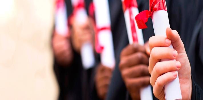 """<p>El pasado 12 de agosto la Ministra de Educación Gina Parody presentó un<strong><a title=Ministerio de Educación href=https://www.mineducacion.gov.co/1621/w3-propertyvalue-45200.html target=_blank>sistema de convalidaciones</a>de títulos de Educación Superior completamente virtual</strong>. Este sistema estará destinado tanto para aquellos colombianos que estudiaron en el extranjero y regresan al país, como para estudiantes foráneos que ingresan a Colombia.</p><p></p><p><span style=color: #ff0000;><strong>Lee también</strong></span><br/><a style=color: #666565; text-decoration: none; title=Universidad de los Andes y Universidad Nacional son las mejores en Colombia según ranking CWUR href=https://noticias.universia.net.co/educacion/noticia/2015/07/21/1128517/universidad-andes-universidad-nacional-mejores-colombia-segun-ranking-cwur.html>» <strong>Universidad de los Andes y Universidad Nacional son las mejores en Colombia según ranking CWUR</strong></a><br/><a style=color: #666565; text-decoration: none; title=Estudiantes con discapacidad no son bien recibidos por el sistema universitario, según estudio href=https://noticias.universia.net.co/educacion/noticia/2015/07/20/1128452/estudiantes-discapacidad-bien-recibidos-sistema-universitario-segun-estudio.html>» <strong>Estudiantes con discapacidad no son bien recibidos por el sistema universitario, según estudio</strong></a></p><p></p><p>Según Parody, este nuevo procedimiento será """"transparente, sencillo y eficiente"""", ya que garantizará que """"cualquier profesional que ingrese al país cuente con condiciones de calidad iguales a las de nuestros egresados"""".</p><p></p><p><strong>¿Cómo funciona el nuevo sistema de convalidación de títulos?</strong></p><p>Según se explica en el sitio oficial del Ministerio de Educación, el procedimiento se lleva a cabo de la siguiente manera. Si tienes un <strong>título, diploma o certificación de Educación Superior emitido en el extranjero</strong>, debes digitalizar este documento –legaliz"""