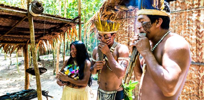 """<p>Um grupo de pesquisadores da Universidade Federal de Tocantins (UFT) desenvolveu um aplicativo para traduzir palavras escritas em línguas dos índios Xerente e Apinajé para o português. Chamado de """"<strong><a title=TraduzÍndio href=https://www.traduzindio.com.br/ target=_blank>TraduzÍndio</a></strong>"""", o app foi lançado oficialmente nesta semana, durante o <strong>Jogos Mundiais dos Povos Indígenas</strong>, que aconteceu em Palmas (TO).</p><p></p><p><span style=color: #333333;><strong>Veja também:</strong></span><br/><br/><a style=color: #ff0000; text-decoration: none; text-weight: bold; title=Professor: 7 aplicativos que você precisa conhecer href=https://noticias.universia.com.br/destaque/noticia/2015/10/07/1132096/professor-7-aplicativos-precisa-conhecer.html>» <strong>Professor: 7 aplicativos que você precisa conhecer</strong></a><br/><a style=color: #ff0000; text-decoration: none; text-weight: bold; title=Top List: 10 aplicativos para aprender inglês de graça href=https://noticias.universia.com.br/destaque/noticia/2015/06/18/1126959/top-list-10-aplicativos-aprender-ingles-graca.html>» <strong>Top List: 10 aplicativos para aprender inglês de graça</strong></a><br/><a style=color: #ff0000; text-decoration: none; text-weight: bold; title=Todas as notícias de Educação href=https://noticias.universia.com.br/educacao>» <strong>Todas as notícias de Educação</strong></a></p><p></p><p>A invenção do aplicativo surgiu de uma necessidade. <strong><a title=MEC vai criar programa de intercâmbio para negros e indígenas href=https://noticias.universia.com.br/mobilidade-academica/noticia/2013/08/29/1045709/mec-vai-criar-programa-intercambio-negros-e-indigenas.html>Com um número cada vez mais expressivo de indígenas frequentando as universidades</a></strong>, foi preciso criar uma solução para facilitar a comunicação entre esses estudantes, os professores e outros alunos das instituições que não dominam os idiomas falados pelas tribos.</p><p></p><p>O app """"TraduzÍndio"""" começo"""