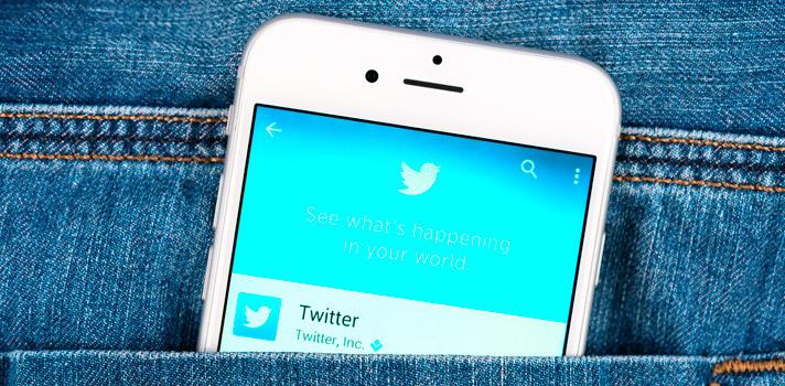 """<p>Las redes sociales pueden utilizarse de forma deliberada como una <strong>herramienta más de aprendizaje, </strong>y <strong><a title=Twitter href=https://twitter.com/ target=_blank>Twitter</a>es un ejemplo</strong> de ello.Esta red de micro-blogging permite expresar ideas, opiniones, noticias y cualquier tipo de contenido a través de """"tuits"""" de 140 caracteres, así como compartir imágenes, enlaces y videos dentro de la plataforma. <strong>Conoce cómo y <a title=6 razones por las que redes sociales cambiarán tu salón de clases href=https://noticias.universia.net.co/educacion/noticia/2015/04/06/1122642/6-razones-redes-sociales-cambiaran-salon-clases.html>por qué utilizar las redes sociales con tus alumnos</a></strong>.</p><p></p><p><span style=color: #ff0000;><strong>Lee también</strong></span><br/><a style=color: #666565; text-decoration: none; title=5 redes sociales para docentes href=https://noticias.universia.net.co/consejos-profesionales/noticia/2015/07/31/1129143/5-redes-sociales-docentes.html>» <strong>5 redes sociales para docentes</strong></a><br/><a style=color: #666565; text-decoration: none; title=3 consejos para conseguir empleo por medio de Twitter href=https://noticias.universia.net.co/consejos-profesionales/noticia/2015/05/14/1125012/3-consejos-conseguir-empleo-medio-twitter.html>» <strong>3 consejos para conseguir empleo por medio de Twitter</strong></a> <br/><a style=color: #666565; text-decoration: none; title=Los líderes más influyentes de Twitter en el mundo href=https://noticias.universia.net.co/actualidad/noticia/2014/06/26/1099682/lideres-influyentes-twitter-mundo.html>» <strong>Los líderes más influyentes de Twitter en el mundo</strong></a></p><p></p><p><strong>""""Si no puedes con tu enemigo, únete a él"""" </strong></p><p>Puede que te irrite ver a los jóvenes """"prendidos"""" de las redes sociales en detrimento de los libros de texto, pero la realidad es que algunas de ellas pueden brindar un camino para vincularte con ellos. Gracias a su facilidad """