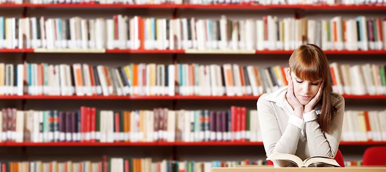 <p>A <strong>Comissão Permanente para os Vestibulares da Unicamp (Comvest)</strong> divulgou nesta terça-feira (17) a lista de livros de leitura obrigatória que serão cobrados no Vestibular Unicamp 2018.</p><p></p><p><span style=color: #333333;><strong>Você pode ler também:</strong></span><br/><a title=Fuvest divulga lista de leituras obrigatórias para os próximos três vestibulares href=https://noticias.universia.com.br/educacao/noticia/2016/03/11/1137297/fuvest-divulga-lista-leituras-obrigatorias-proximos-vestibulares.html>» <strong>Fuvest divulga lista de leituras obrigatórias para os próximos três vestibulares</strong></a><br/><a title=Por que ler grandes clássicos é tão importante? href=https://noticias.universia.com.br/cultura/noticia/2016/05/17/1139573/ler-grandes-classicos-tao-importante.html>» <strong>Por que ler grandes clássicos é tão importante?</strong></a><br/><a title=Mais de 2.000 livros grátis para download href=https://noticias.universia.com.br/tag/livros-grátis>» <strong>Mais de 2.000 livros grátis para download</strong></a></p><p></p><p>A lista conta com 12 obras literárias de autores brasileiros, africanos e portugueses. Anualmente, a instituição renova parte das <strong>leituras obrigatórias</strong> que compõem a lista e divulga as mudanças com um ano de antecedência, para que os professores possam preparar seu plano de aulas.</p><p></p><p>Comparada com a relação de livros que serão cobrados no Vestibular Unicamp 2017, que acontece neste ano, a nova seleção apresenta três obras diferentes: 'O espelho', de Machado de Assis, 'O bem amado', de Dias Gomes, e 'Sermão de Quarta-feira de Cinza', de Antonio Vieira. Para consultar as leituras que serão cobradas na prova deste ano, <strong><a title=Leituras obrigatórias Unicamp 2017 href=https://www.comvest.unicamp.br/vest2016/lista_livros_vest2017.html target=_blank>clique aqui</a></strong>.</p><p></p><p>A lista inclui<strong>diferentes gêneros literários</strong>, como romance, poesia, peça teatral, co