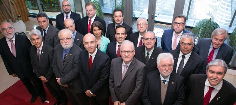 """Na sexta-feira (1), dirigentes e representantes de universidades brasileiras reuniram-se no <strong>XV Conselho de Reitores da Universia Brasil</strong>. O tema central da reunião, que aconteceu em São Paulo, foi o <strong>papel da universidade na empregabilidade</strong>.<br/><br/><br/><p><span style=color: #333333;><strong>Você pode ler também:</strong></span><br/><a href=https://noticias.universia.com.br/educacao/noticia/2016/05/20/1139872/forum-gestores-mba-promove-debates-sobre-inovacao-ensino-melhorias-cursos-pais.html title=Fórum de gestores de MBA promove debates sobre inovação no ensino e melhorias nos cursos do País>» <strong>Fórum de gestores de MBA promove debates sobre inovação no ensino e melhorias nos cursos do País</strong></a><br/><a href=https://noticias.universia.com.br/educacao/noticia/2016/06/17/1140961/universia-grupo-anima-promovem-seminario-inovacao-aprendizagem.html# title=Universia e Grupo Anima promovem Seminário de Inovação na Aprendizagem>» <strong> Universia e Grupo Anima promovem Seminário de Inovação na Aprendizagem</strong></a><br/><a href=https://noticias.universia.com.br/universidades title=Todas as notícias de Universidades>» <strong>Todas as notícias de Universidades<br/><br/><br/></strong></a></p><p>O <strong>presidente do Banco Santander Brasil, Sérgio Rial</strong>, iniciou oficialmente o encontro. Em seguida, Jaume Pagés, conselheiro delegado da Universia Holding, apresentou resultados globais de ações da empresa voltadas à empregabilidade, formação, pesquisa universitária e serviços digitais. Em seguida, Luis Cabañas, diretor geral da Universia Brasil, compartilhou as conquistas locais e destacou a importância de capacitação do aluno por meio da <strong>Universia Enem</strong>, que oferece simulados e planos de estudos de terceira geração, completamente gratuitos. """"Com essa ferramenta entregamos um serviço essencial ao pré-universitário"""", salienta.<br/><br/></p><p>O reitor José Tadeu Jorge, da Unicamp, comentou sobre as muda"""