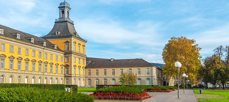 <p>A Universidade de Bonn, na Alemanha, está em busca de comunicadores para seu programa de mestrado <em><strong><a title=Master in International Media Studies href=https://www.dw.com/en/application-process/a-3766411 target=_blank>Master in International Media Studies</a></strong></em>, focado em mídia internacional. Para oportunidade, <strong><a title=Dinamarca oferece bolsas para mestrado na área da saúde href=https://noticias.universia.com.br/estudar-exterior/noticia/2016/02/11/1136293/dinamarca-oferece-bolsas-mestrado-area-saude.html>estão sendo ofertadas dez bolsas de estudo</a></strong>. As inscrições ficam abertas até o dia <strong>31 de março</strong>.</p><p></p><p><span style=color: #333333;><strong>Você pode ler também:</strong></span><br/><br/><a title=Escola de design na Itália dá bolsas de estudo para mestrado href=https://noticias.universia.com.br/estudar-exterior/noticia/2016/02/12/1136329/escola-design-italia-da-bolsas-estudo-mestrado.html>» <strong>Escola de design na Itália dá bolsas de estudo para mestrado</strong></a><br/><a title=Dicas imperdíveis para conseguir uma bolsa de estudos href=https://noticias.universia.com.br/destaque/noticia/2016/02/15/1136371/dicas-imperdiveis-conseguir-bolsa-estudos.html>» <strong>Dicas imperdíveis para conseguir uma bolsa de estudos</strong></a><br/><a title=Todas as notícias sobre Bolsas de estudo e prêmios href=https://noticias.universia.com.br/estudar-exterior>» <strong>Todas as notícias sobre bolsas de estudo e prêmios</strong></a></p><p></p><p>O curso tem duração de 2 anos, em período integral, e é ministrado em parceria com uma emissora pública de TV da Alemanha. Entre os benefícios oferecidos pela bolsa de mestrado está a cobertura total do curso, no valor de 6.000 euros, o custo com passagens aéreas de ida e volta e um auxílio mensal de 750 euros.</p><p></p><p>Para participar, o estudante precisa conhecer bem o idioma inglês e o alemão, já que as aulas serão ministradas nas duas línguas. Além disso é nece