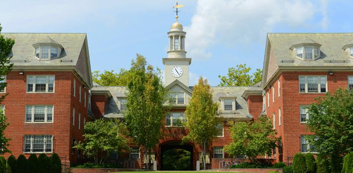 <p>Do dia 4 a 18 de junho de 2016, a <strong>Universidade de Brown</strong>, localizada em Rhode Island, Estados Unidos, irá receber 150 jovens profissionais e acadêmicos de mais de 50 países para participar de um encontro de duas semanas no <strong><a title=BIARI href=https://watson.brown.edu/biari/ target=_blank>instituto de pesquisas avançadas da instituição (BIARI)</a></strong>, <strong>com todas as despesas pagas</strong>. As inscrições vão até a próxima terça-feira, dia <strong>12 de janeiro</strong>.</p><p></p><blockquote style=text-align: center;><strong>Indicamos</strong>: curso online de inglês com certificação <span style=text-decoration: underline;><a class=enlaces_med_ecommerce title=Indicamos: curso online de inglês com certificação href=https://shopping.universia.com.br/categoria-produto/ingl-s/ target=_blank id=SHOPPING>aqui</a></span></blockquote><p><span style=color: #333333;><strong>Você pode ler também:</strong></span><br/><br/><a title=Veja como concorrer às bolsas de estudos e fazer sua graduação em um dos lugares mais bonitos do mundo href=https://noticias.universia.com.br/estudar-exterior/noticia/2016/01/08/1135258/universidade-havai-da-bolsas-estudos-alunos-estrangeiros.html>» <strong>Veja como concorrer às bolsas de estudos e fazer sua graduação em um dos lugares mais bonitos do mundo</strong></a><br/><a title=CNPq dá bolsas para professores estudarem na Finlândia href=https://noticias.universia.com.br/estudar-exterior/noticia/2016/01/06/1135202/cnpq-da-bolsas-professores-estudarem-finlandia.html>» <strong>CNPq dá bolsas para professores estudarem na Finlândia</strong></a><br/><a title=Todas as notícias sobre Bolsas de estudo e prêmios href=https://noticias.universia.com.br/estudar-exterior>» <strong>Todas as notícias sobre bolsas de estudo e prêmios</strong></a></p><p></p><p>O objetivo do programa é reunir um grupo de destaque para discutir questões diversas sobre problemas globais e oferecer seminários, workshops e palestras sobre os tema