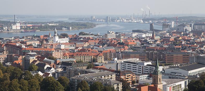 <p>Atenção estudantes da área da saúde! A <strong><a title=Universidade de Aalborg href=https://www.en.aau.dk/ target=_blank>Universidade de Aalborg</a></strong>, na Dinamarca, está oferecendo bolsas de estudo para mestrado em medicina com especialização industrial. As inscrições para o programa ficam abertas até o dia <strong>1º de abril</strong> deste ano, com início previsto para o mês de setembro.</p><p></p><p><span style=color: #333333;><strong>Você pode ler também:</strong></span><br/><br/><a title=Universidade da Itália dá bolsas de 11 mil euros para brasileiros href=https://noticias.universia.com.br/estudar-exterior/noticia/2016/02/10/1136238/universidade-italia-da-bolsas-11-mil-euros-brasileiros.html>» <strong>Universidade da Itália dá bolsas de 11 mil euros para brasileiros</strong></a><br/><a title=Japão oferece bolsas de estudo para professores brasileiros href=https://noticias.universia.com.br/estudar-exterior/noticia/2016/02/03/1136047/japao-oferece-bolsas-estudo-professores-brasileiros.html>» <strong>Japão oferece bolsas de estudo para professores brasileiros</strong></a><br/><a title=Todas as notícias sobre Bolsas de estudo e prêmios href=https://noticias.universia.com.br/estudar-exterior>» <strong>Todas as notícias sobre bolsas de estudo e prêmios</strong></a></p><p></p><p>O curso, que tem duração de dois anos, é totalmente ministrado em língua inglesa, o que torna a comprovação de proficiência no idioma um requisito essencial para a candidatura. Também é necessário que o estudante seja<strong> graduado em Medicina, Biotecnologia, Medicina Molecular</strong>, entre outras áreas das ciências da saúde e naturais. Candidatos de outras áreas que estejam interessados no curso serão submetidos a uma avaliação acadêmica.</p><p></p><p>Ministrado parte na universidade e parte em hospital universitário, o curso incluí matérias como medicina regenerativa, imunologia, marketing da saúde, bioinformática no diagnóstico de doenças e qualidade da segurança dos paci