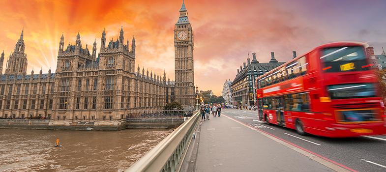 Se você sonha com uma pós-graduação no exterior, uma boa forma de dar um start nos estudos é com uma bolsa em uma universidade estrangeira. Até a próxima quinta-feira, dia 30 de junho, a <strong>London South Bank University</strong>, <strong><a href=https://www.universia.com.br/estudar-exterior/reino-unido/197 title=Estudar no Exterior - Reino Unido target=_blank>uma das mais prestigiadas instituições da Inglaterra</a></strong>, está com inscrições abertas para seu programa de bolsas de estudo.<br/><br/><blockquote style=text-align: center;>Veja mais bolsas<strong><a href=https://bolsas.universia.com.br/ title=Bolsas Universia target=_blank>aqui</a></strong></blockquote><br/><p><span style=color: #333333;><strong>Você pode ler também:</strong></span><br/><a href=https://noticias.universia.com.br/educacao/noticia/2016/06/20/1140989/professores-ingles-podem-concorrer-bolsa-estudar-eua.html title=Professores de inglês podem concorrer a bolsa para estudar nos EUA>» <strong>Professores de inglês podem concorrer a bolsa para estudar nos EUA</strong></a><br/><a href=https://noticias.universia.com.br/educacao/noticia/2016/06/15/1140858/capes-oferece-400-bolsas-pos-doutorado-exterior.html title=Capes oferece 400 bolsas para pós-doutorado no exterior>» <strong>Capes oferece 400 bolsas para pós-doutorado no exterior</strong></a><br/><a href=https://noticias.universia.com.br/estudar-exterior title=Todas as notícias sobre Bolsas de estudo e prêmios>» <strong>Todas as notícias sobre bolsas de estudo e prêmios<br/><br/><br/></strong></a></p><p>As bolsas oferecidas pela universidade são as chamadas <strong>bolsas de mérito</strong>, voltadas para alunos com desempenho acadêmico excepcional. Elas podem ser parciais ou integrais, chegando a um valor de até 8 mil libras anuais, e são voltadas para <strong><a href=https://noticias.universia.com.br/destaque/noticia/2016/03/03/1137000/bilionarios-graduacao-pos-frequentaram-escolas-elite.html title=Bilionários tem graduação, pós e frequen